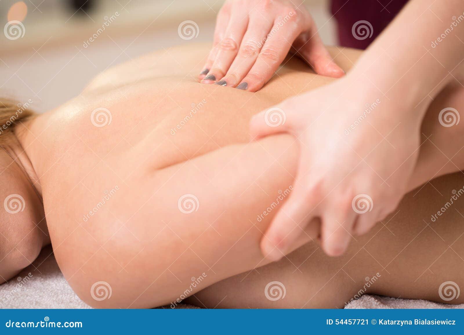 妇女和按摩脊柱治疗者