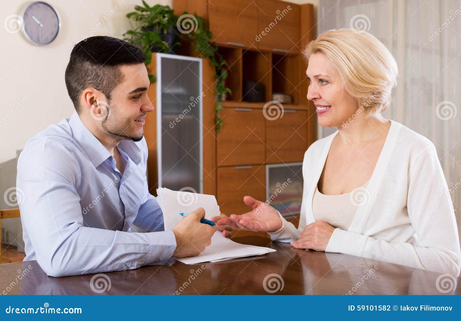 妇女和年轻未婚夫签署的婚姻财产契约