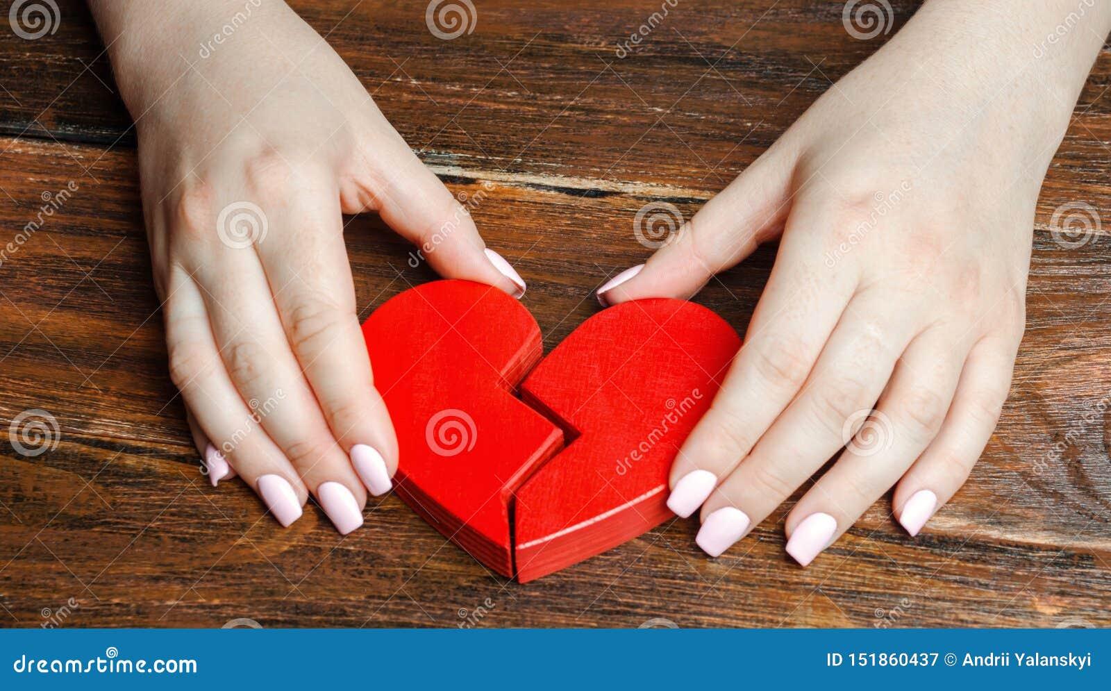 妇女在他的手上收集伤心 爱和关系的概念 家庭心理治疗家服务 ??