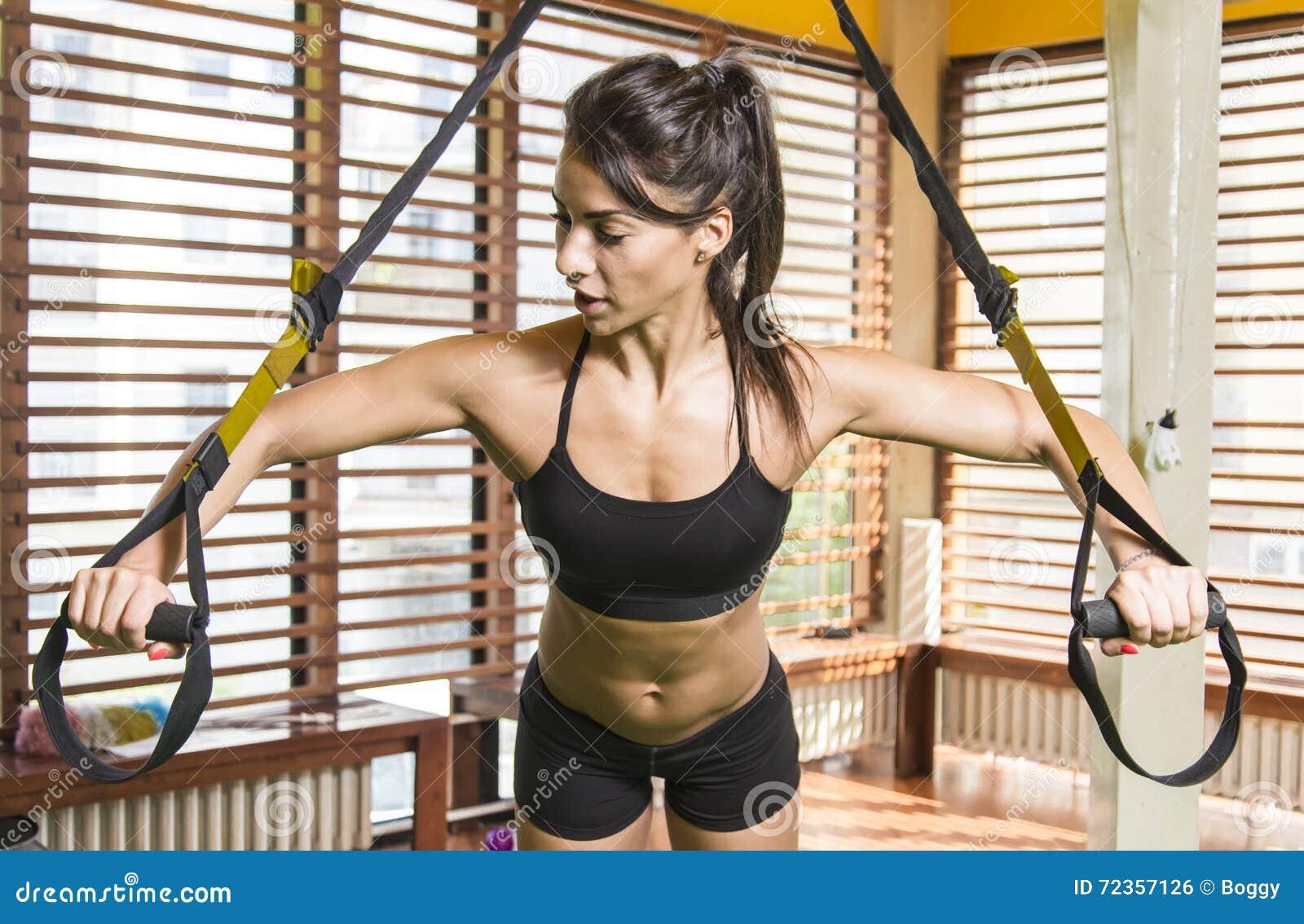 妇女在体操里