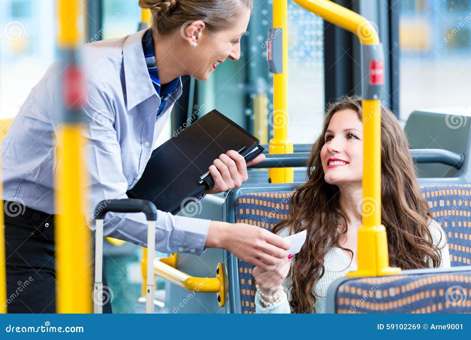 妇女在公共汽车上有合法的票在检查