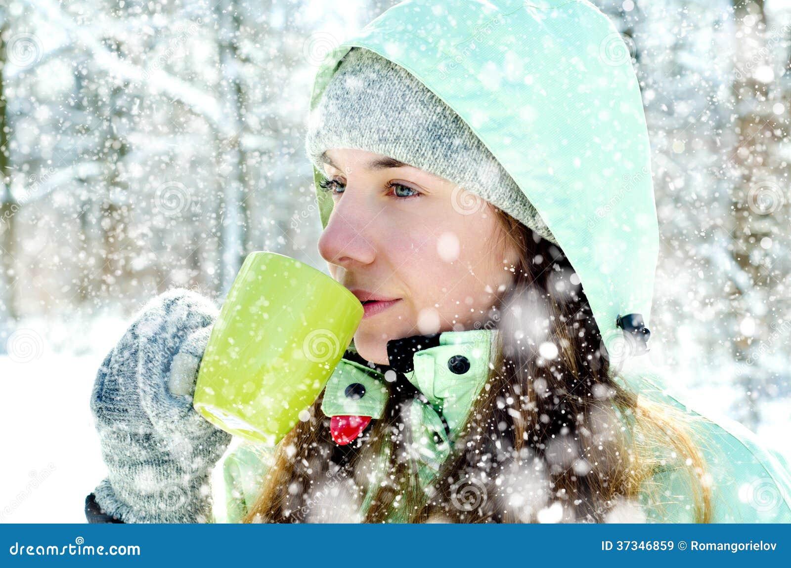 妇女在冬天