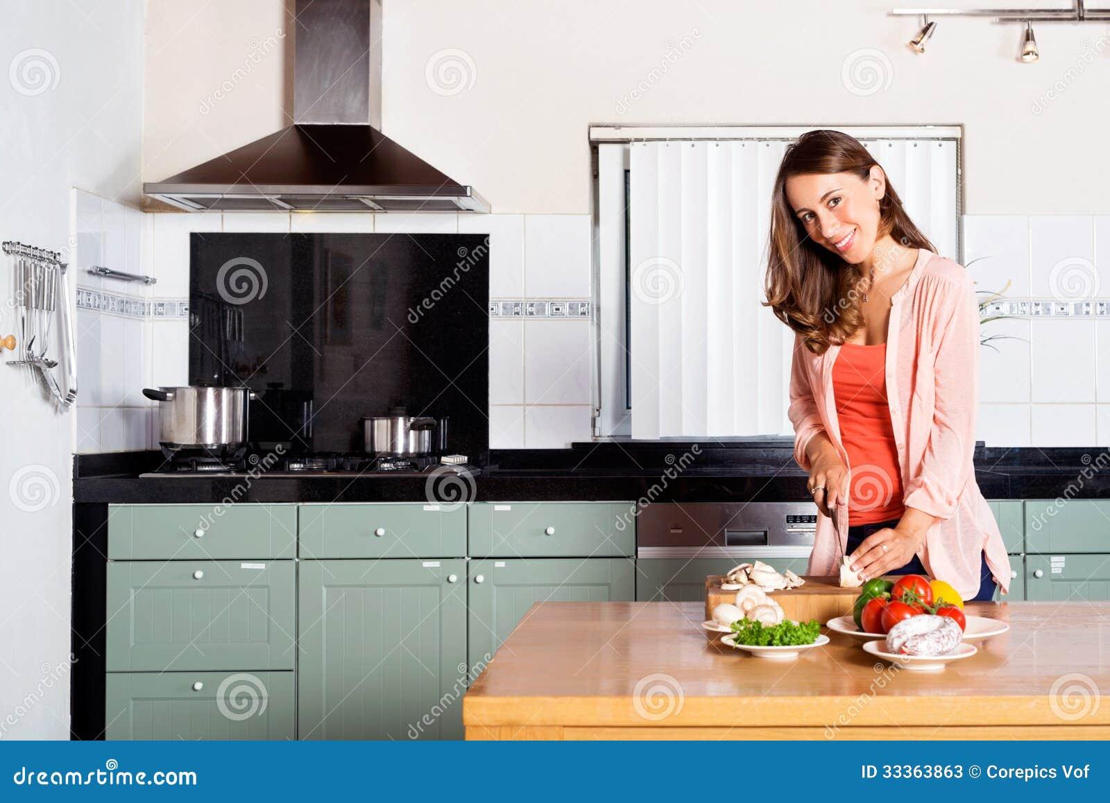妇女在厨台的切口菜