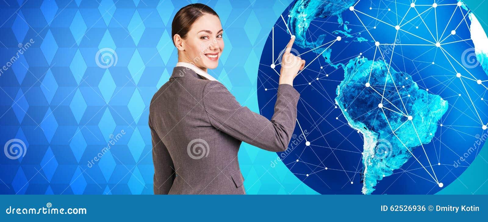 妇女在大地球附近站立