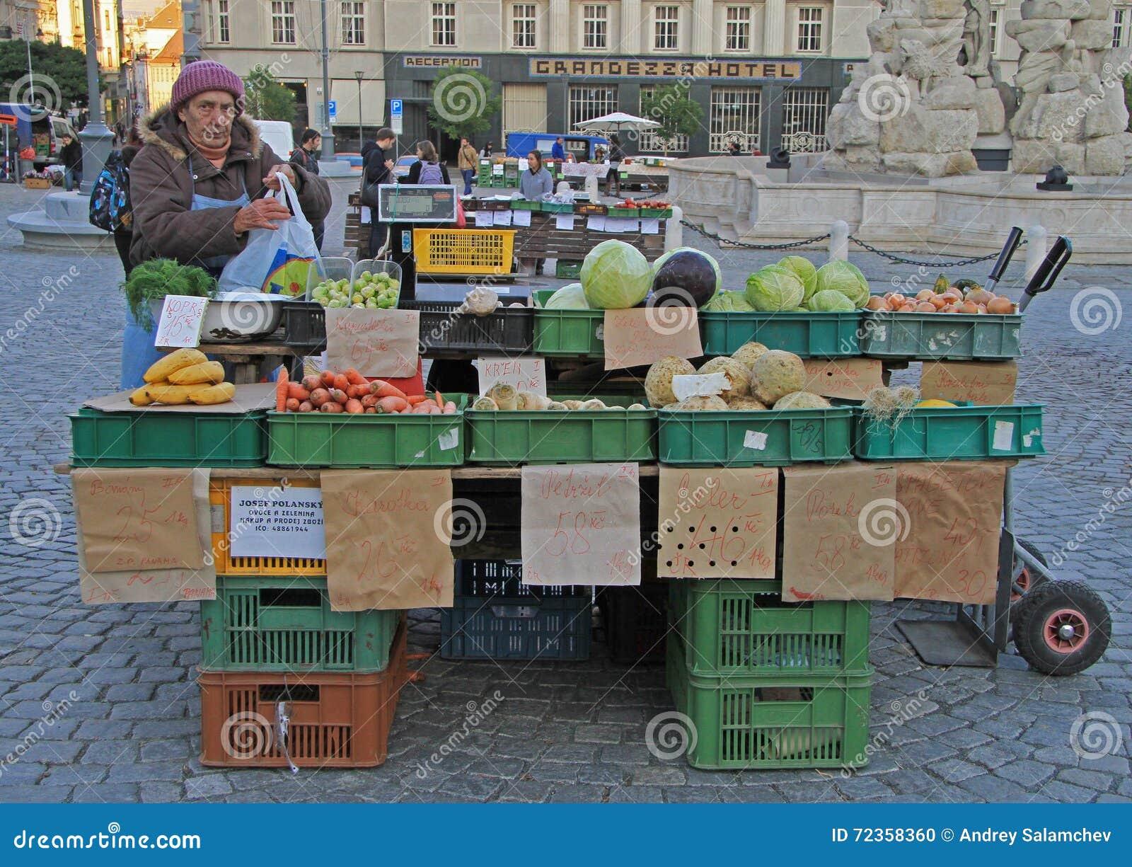 妇女在布尔诺卖在街市上的菜,捷克语