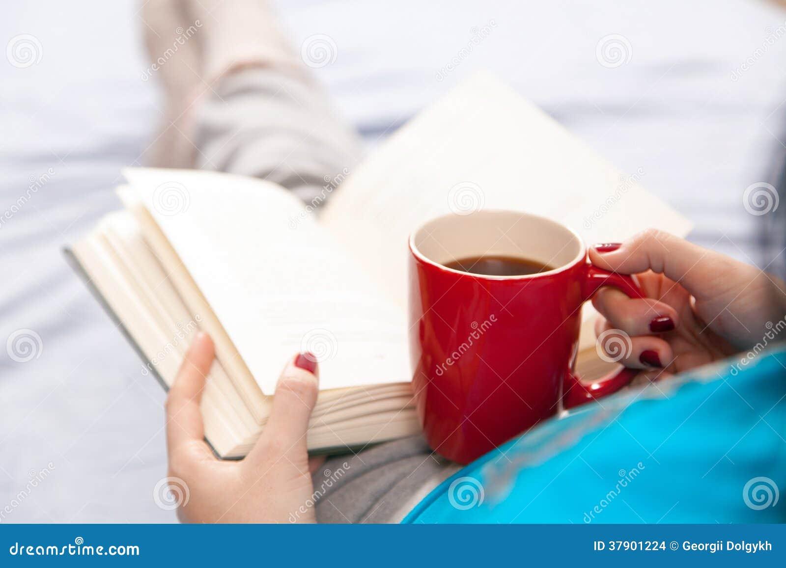 妇女在床上的读一本书