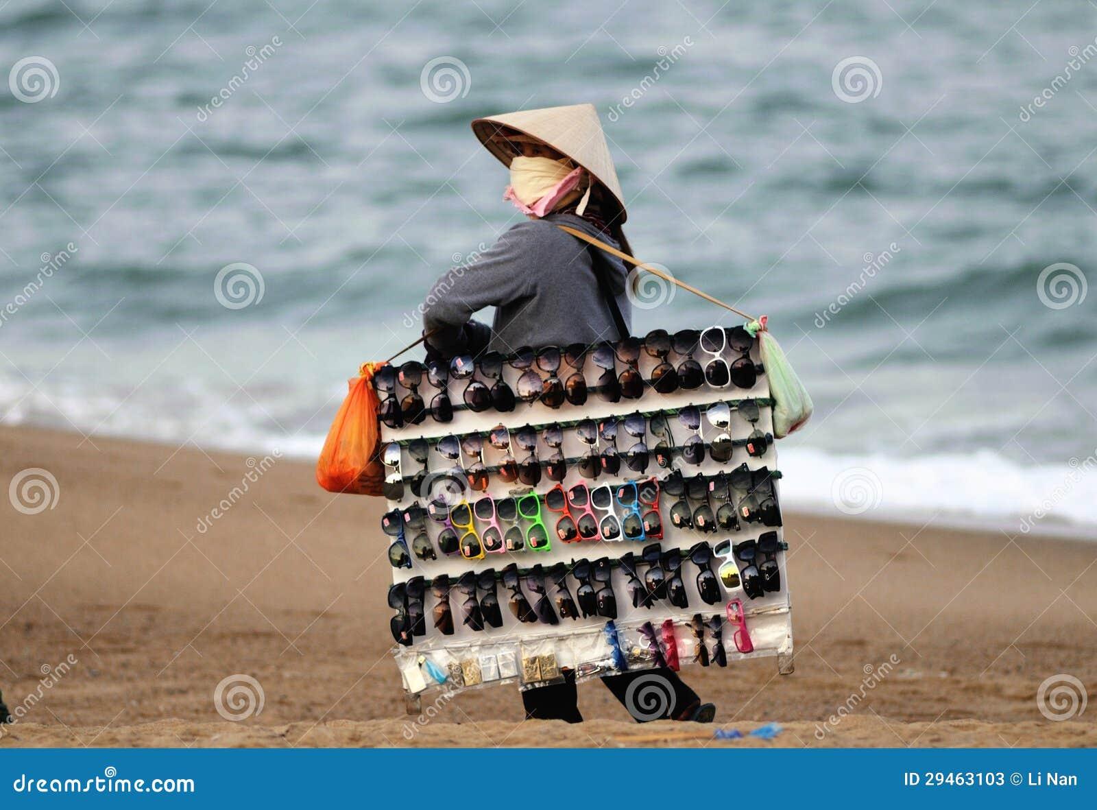 妇女在越南海滩市场上