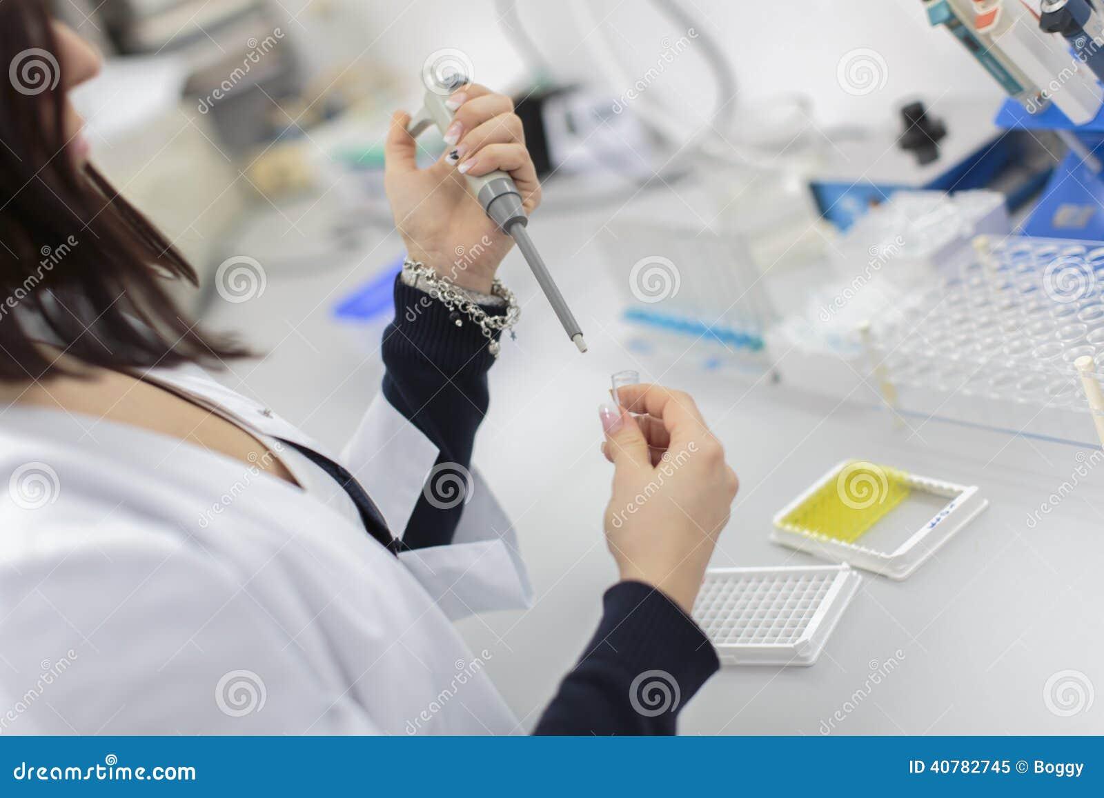妇女在医学实验室