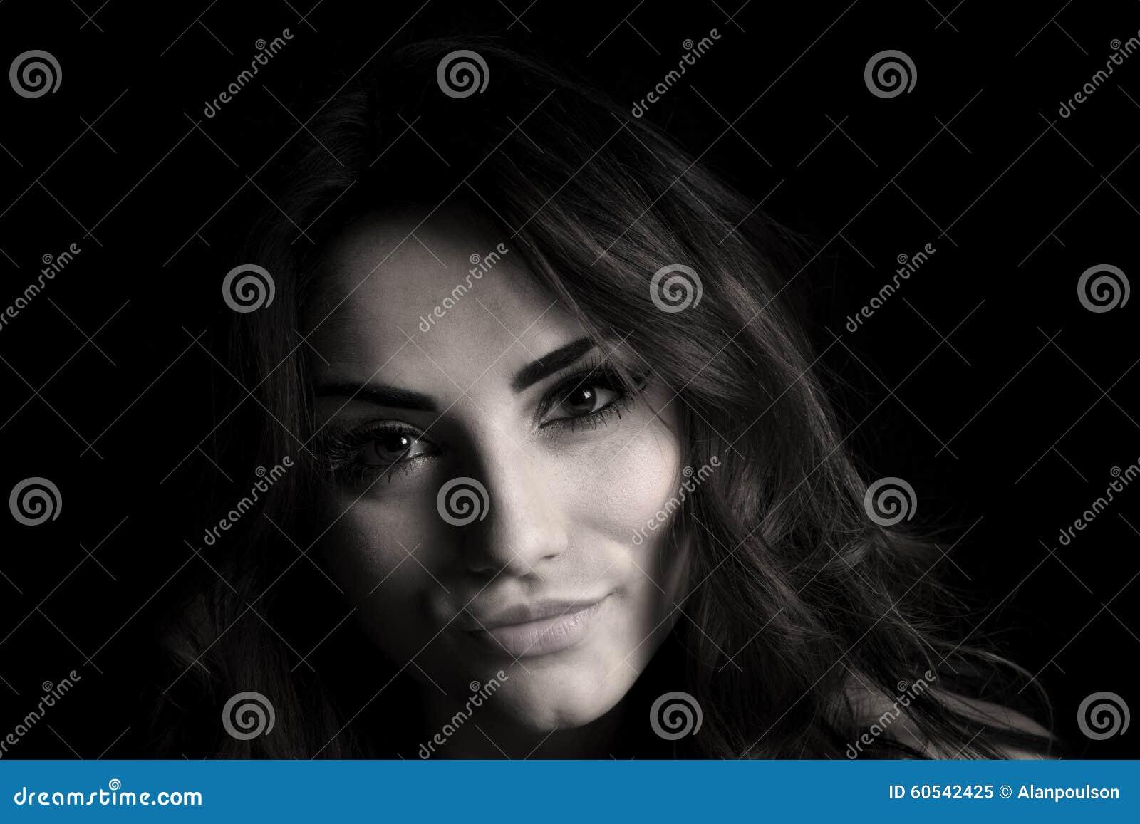 库存照片: 妇女在黑小微笑黑色白色的头关闭