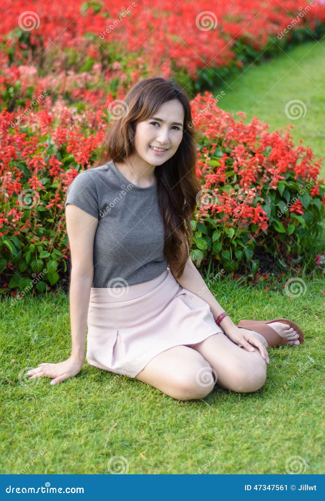 亚洲丰满少妇论坛_画象唯一亚洲少妇开会和微笑在室外的夏天在自然庭院.