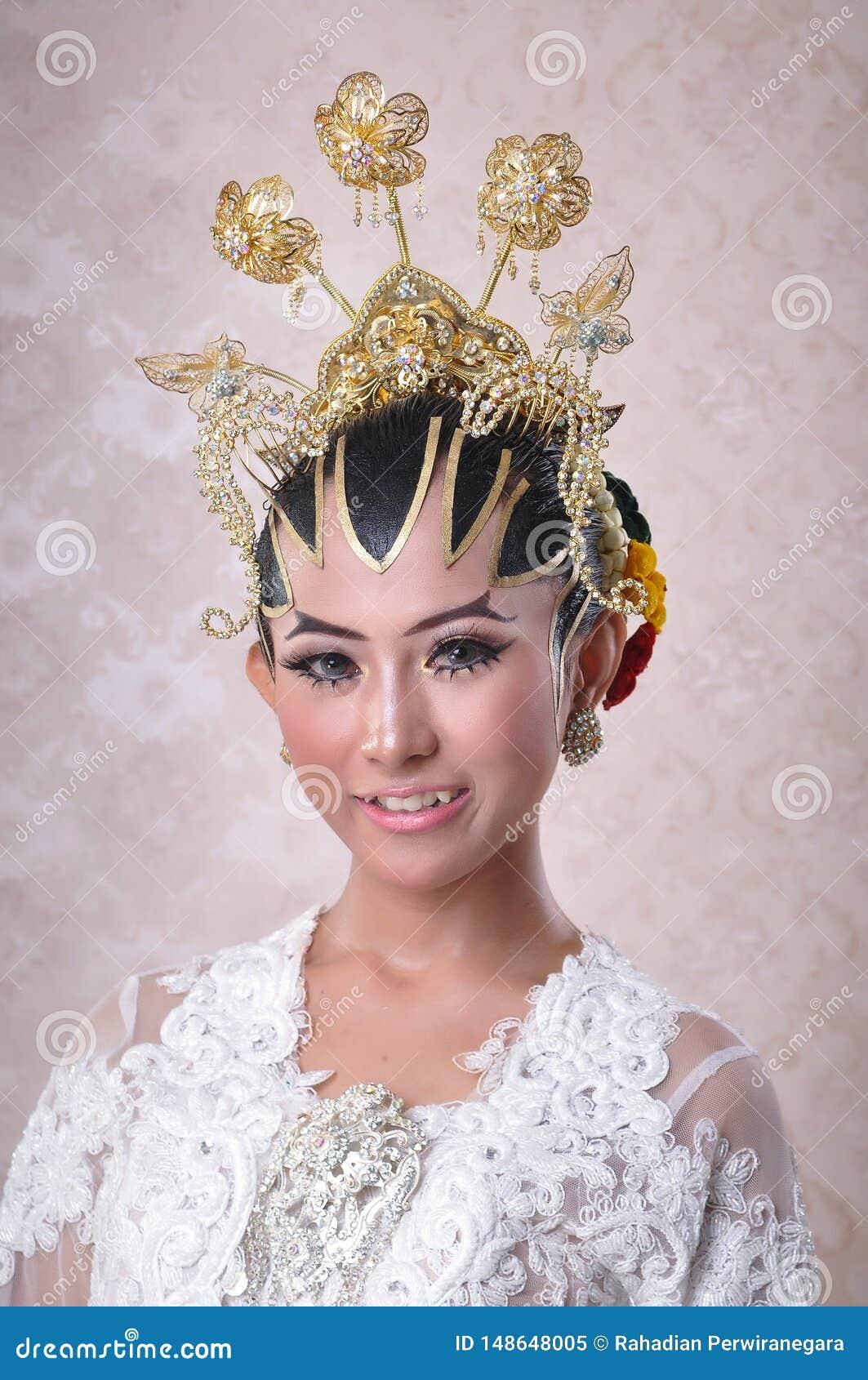 妇女塑造摆在作为爪哇婚姻的新娘