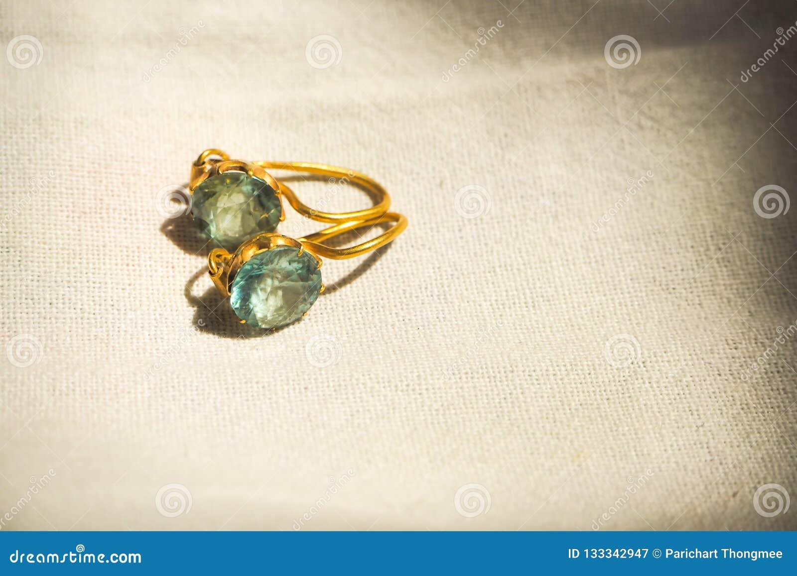 妇女女孩爱艺术构思设计想法的葡萄酒两石头金刚石葡萄酒有灵感的宝石耳环最佳的美丽的礼物