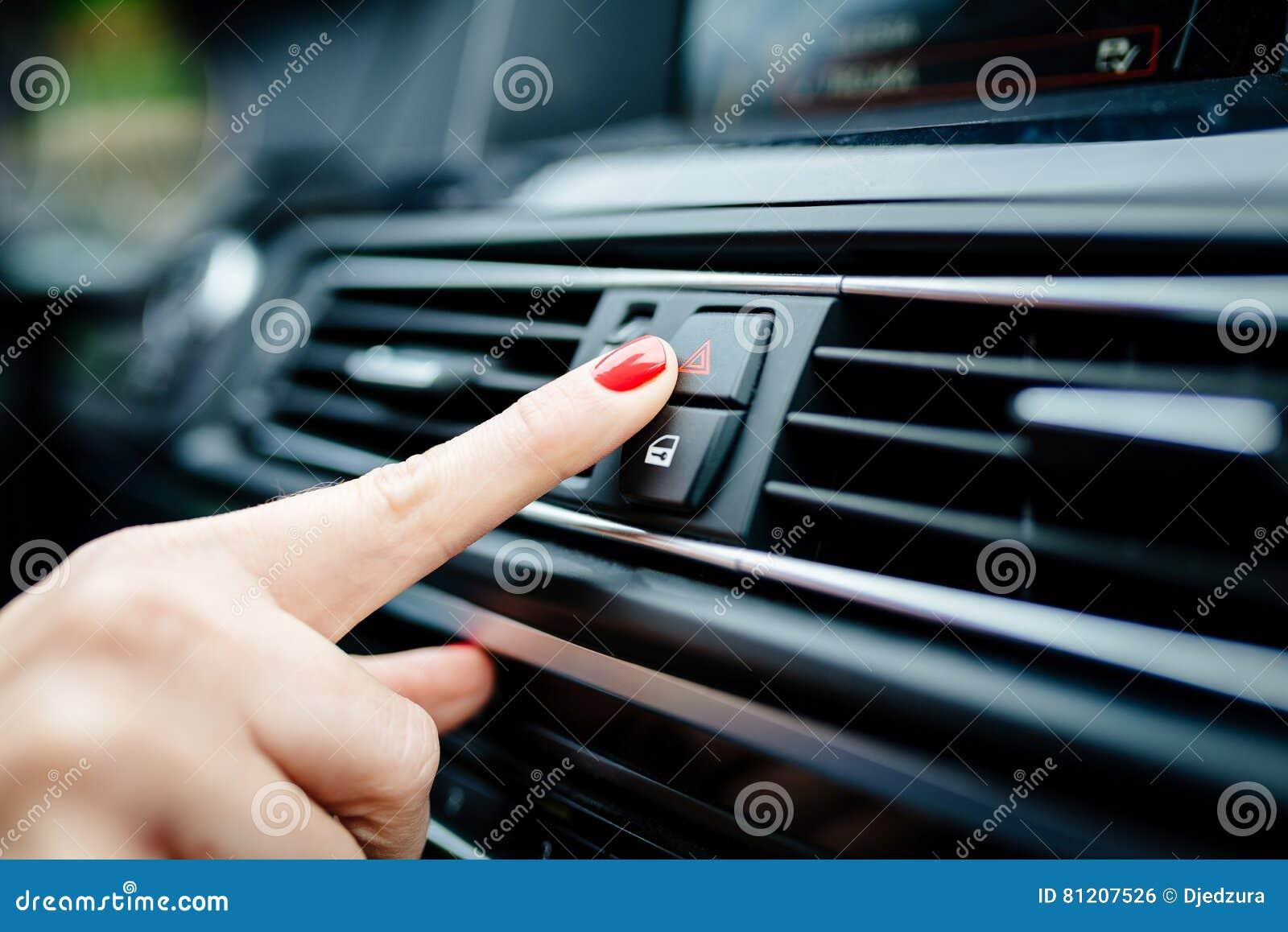 妇女开在汽车的应急灯