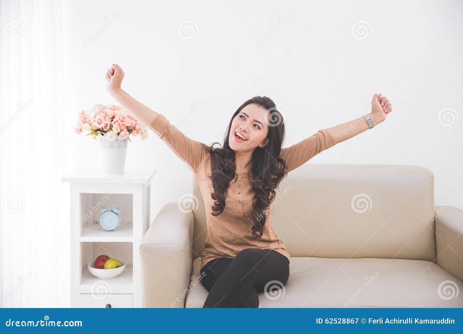 妇女愉快地起来她的两只手
