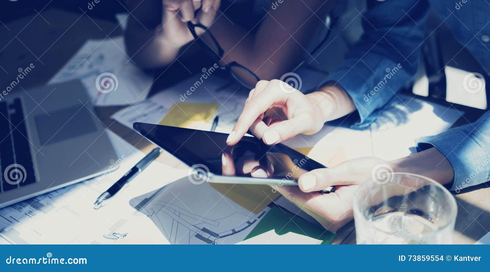妇女感人的显示现代片剂手 反射屏幕 研究过程的项目生产商 新企业小组