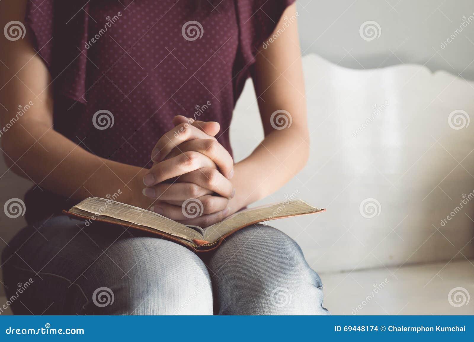 妇女手葡萄酒口气在圣经的 她读并且祈祷