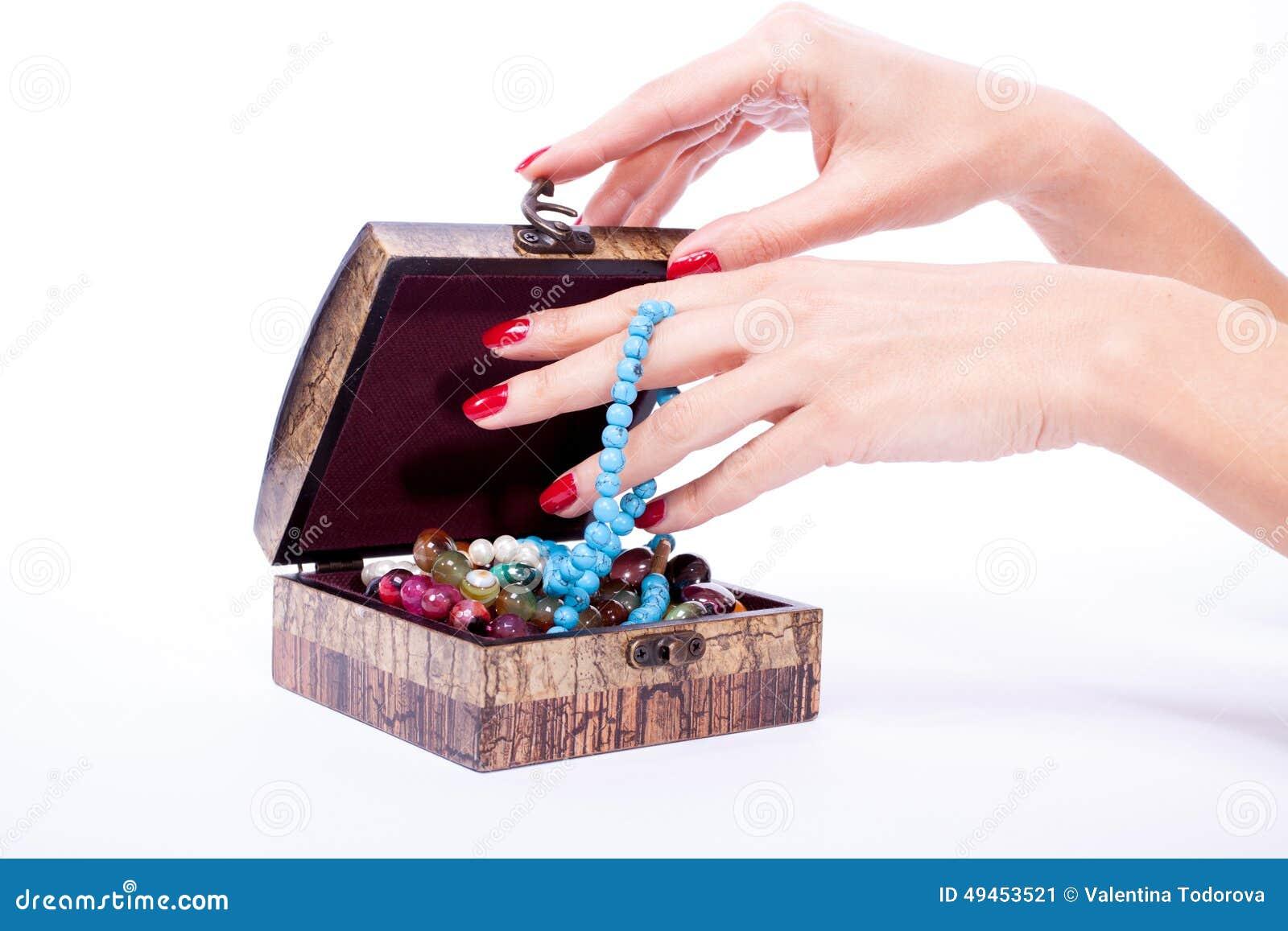 妇女手被打开的箱子