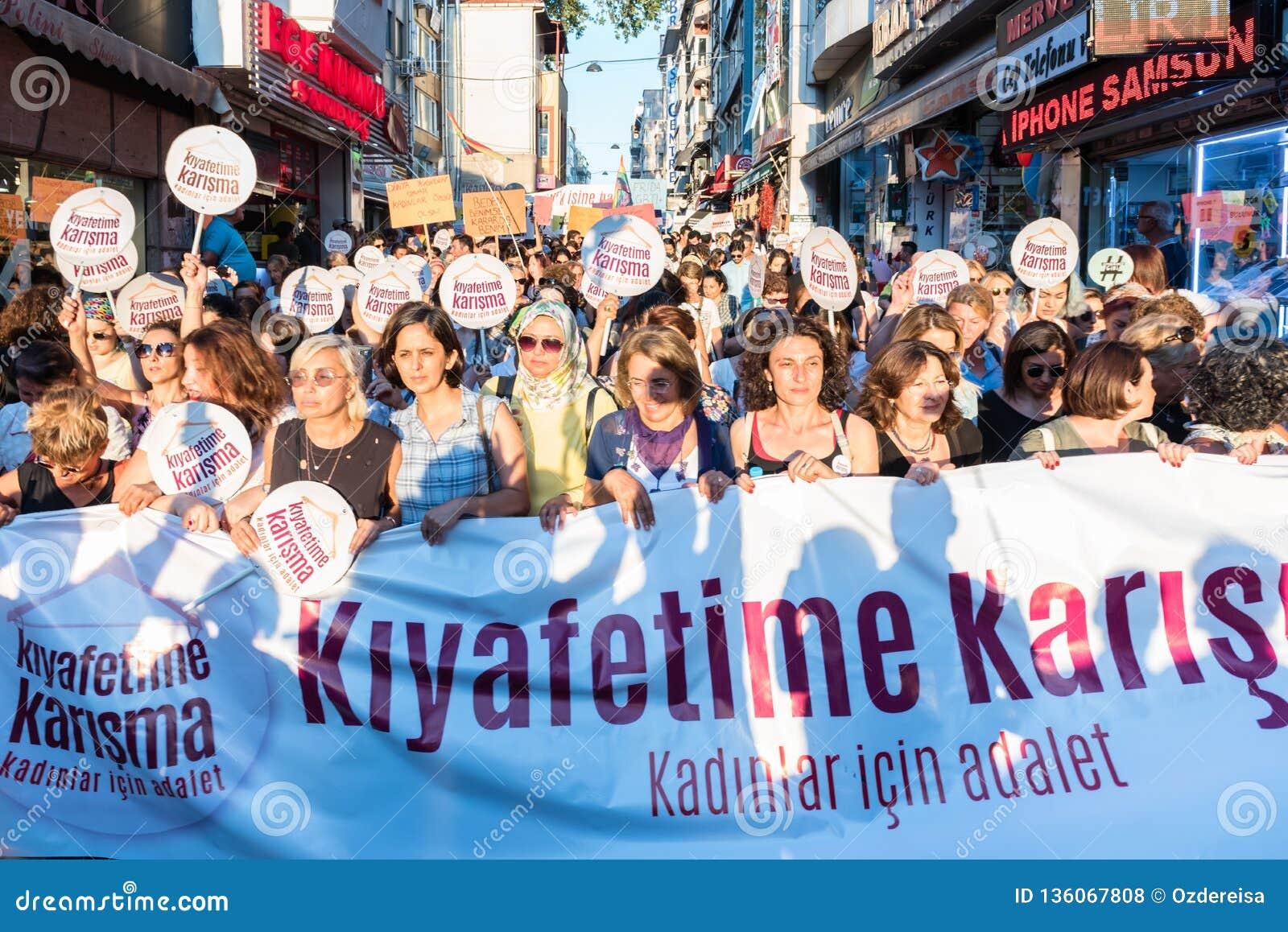 妇女抗议者在kadikoy召集反对干涉的妇女衣裳