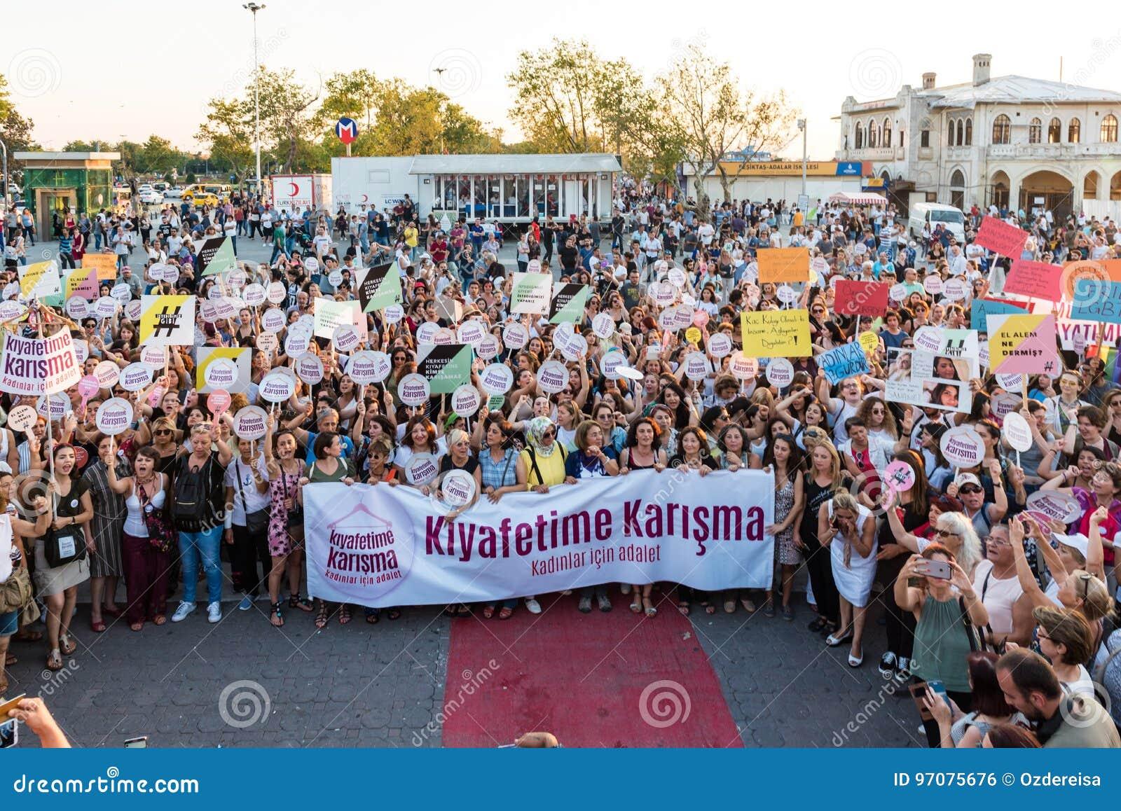 妇女抗议者在kadikoy,伊斯坦布尔,土耳其召集