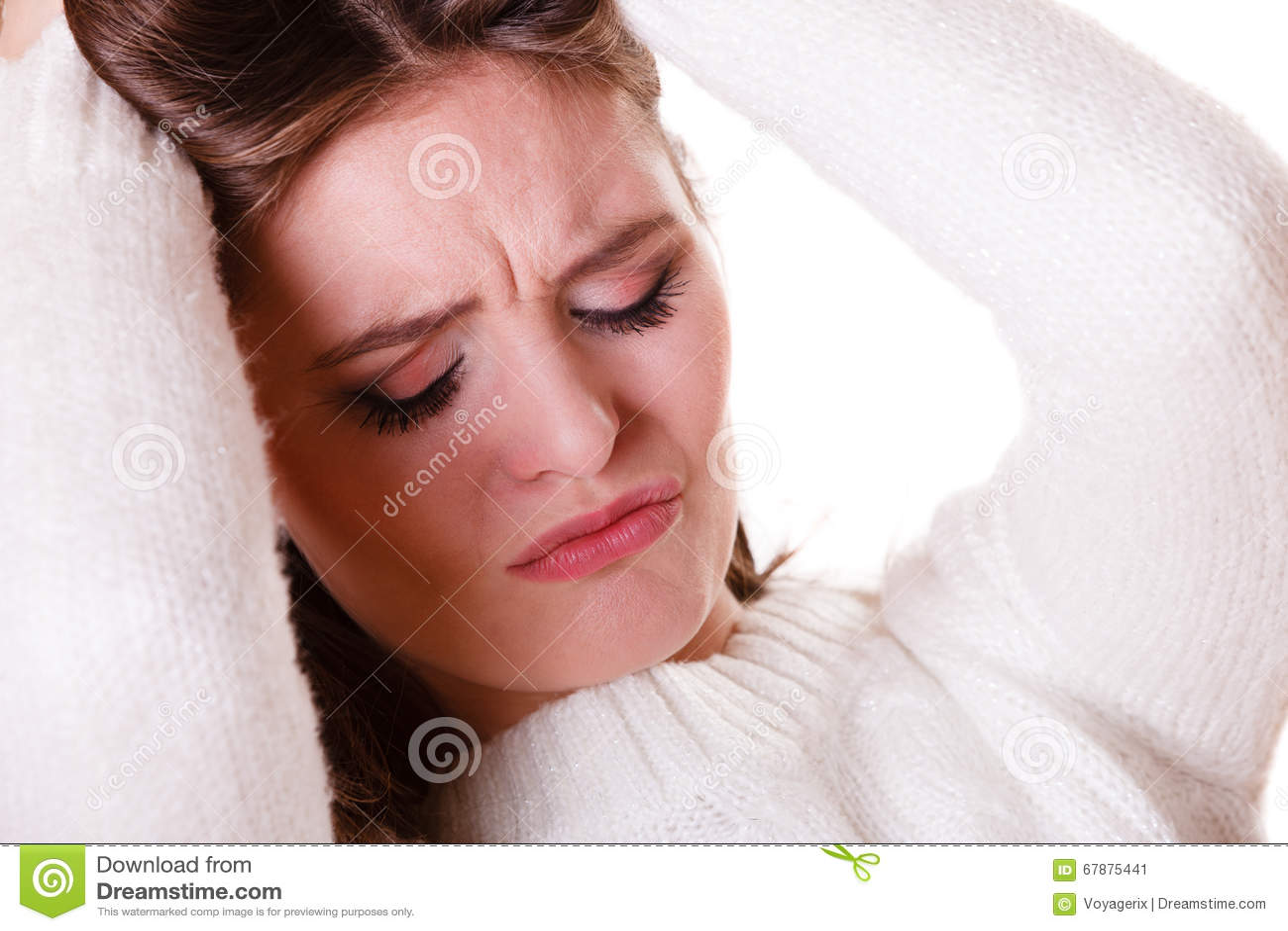 妇女拉扯有消沉的头发