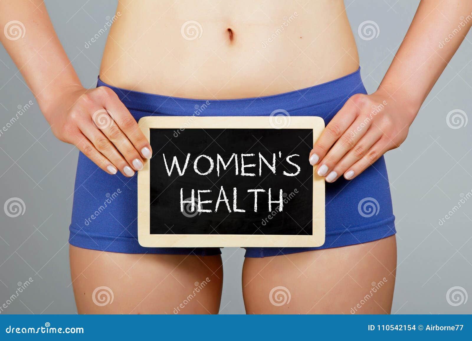 妇女拿着有`妇女` s健康`题字的一个小黑板