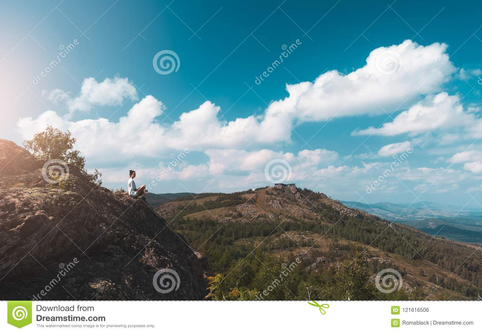 妇女摄影师拍一个山风景的照片在照相机的