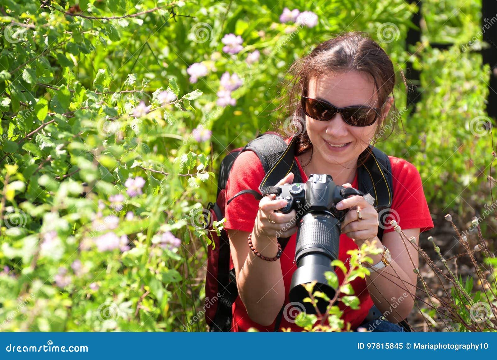 妇女摄影师本质上
