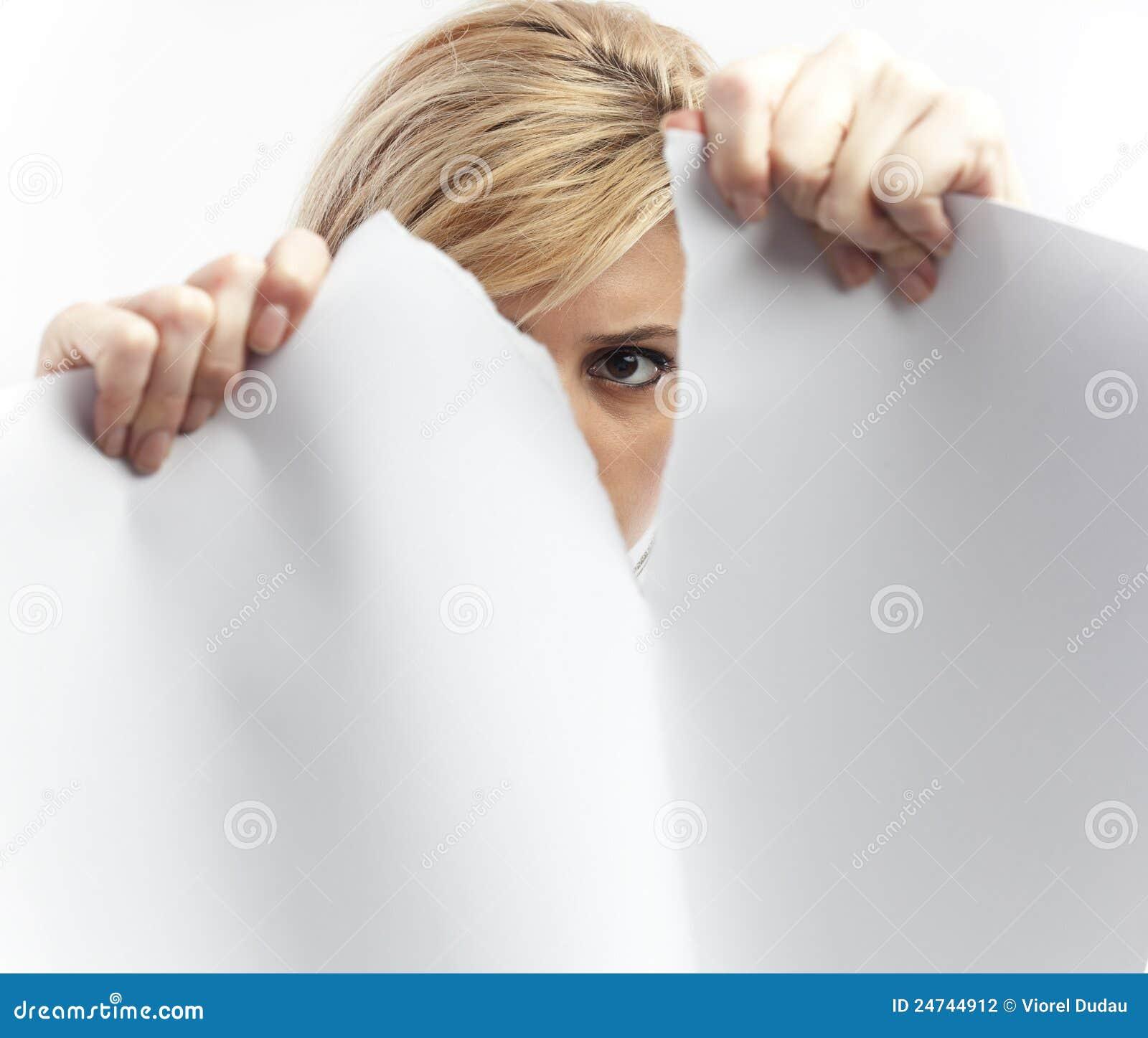 妇女撕毁的纸页