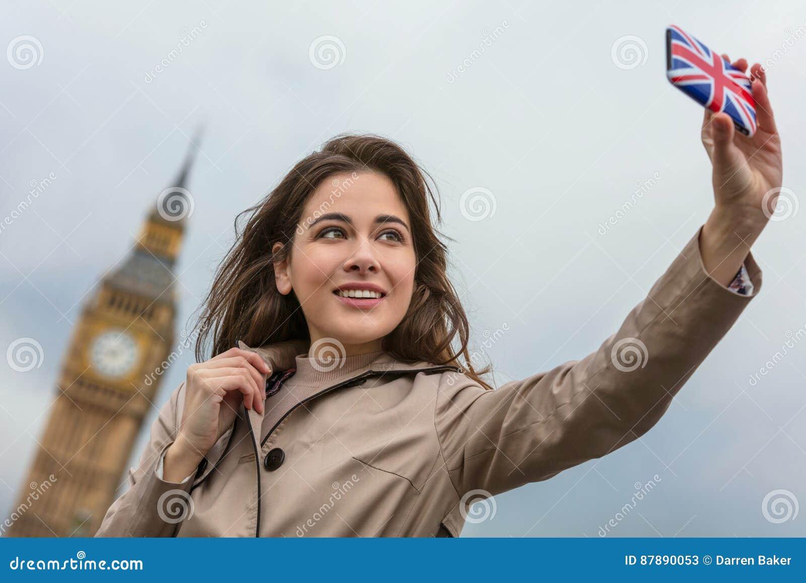 妇女旅游采取的Selfie大本钟,伦敦,英国