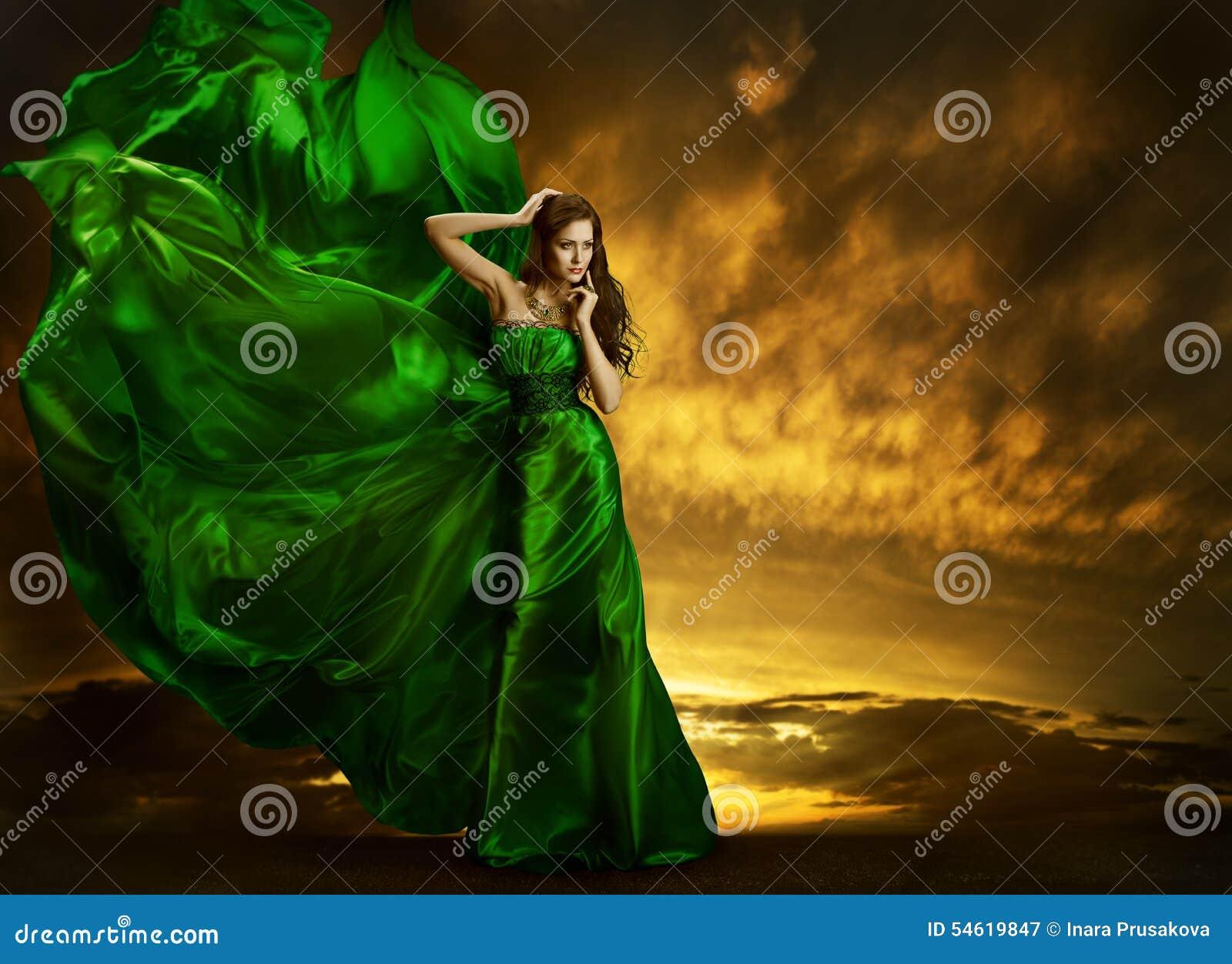 妇女时尚礼服振翼的风,绿色丝绸褂子织品