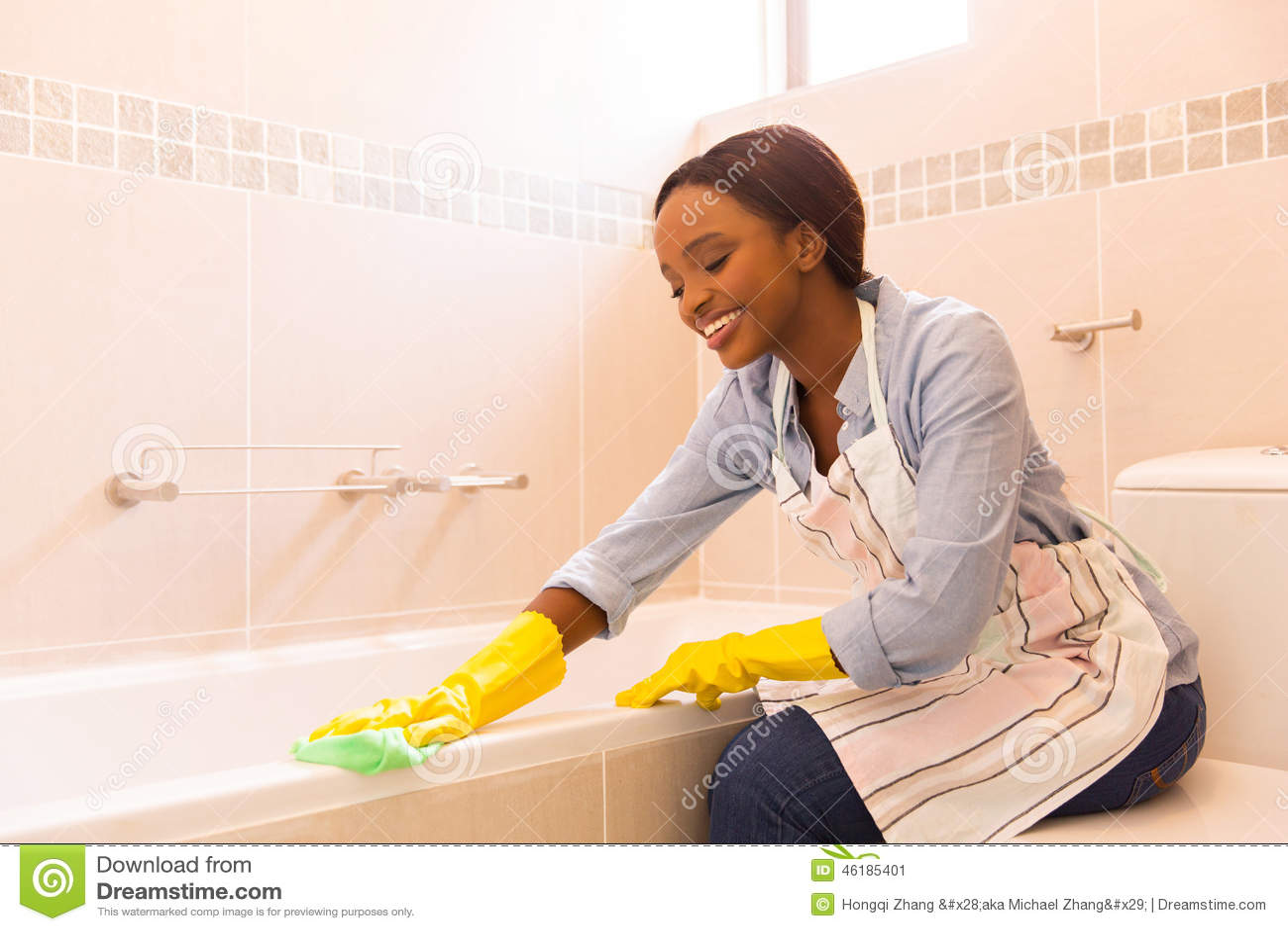 妇女清洁浴缸