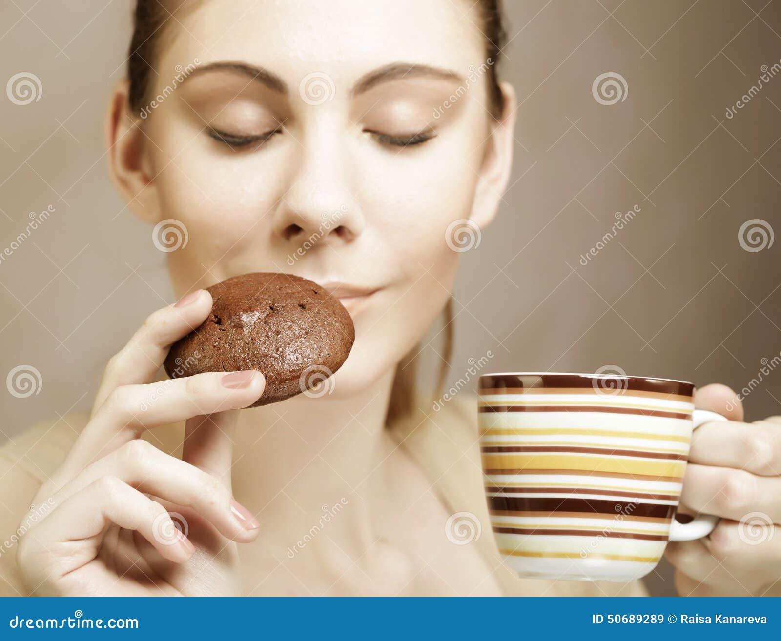 Download 妇女用咖啡和曲奇饼 库存图片. 图片 包括有 人们, 有吸引力的, 部分, 咖啡, 饮食, 白种人, 纵向 - 50689289