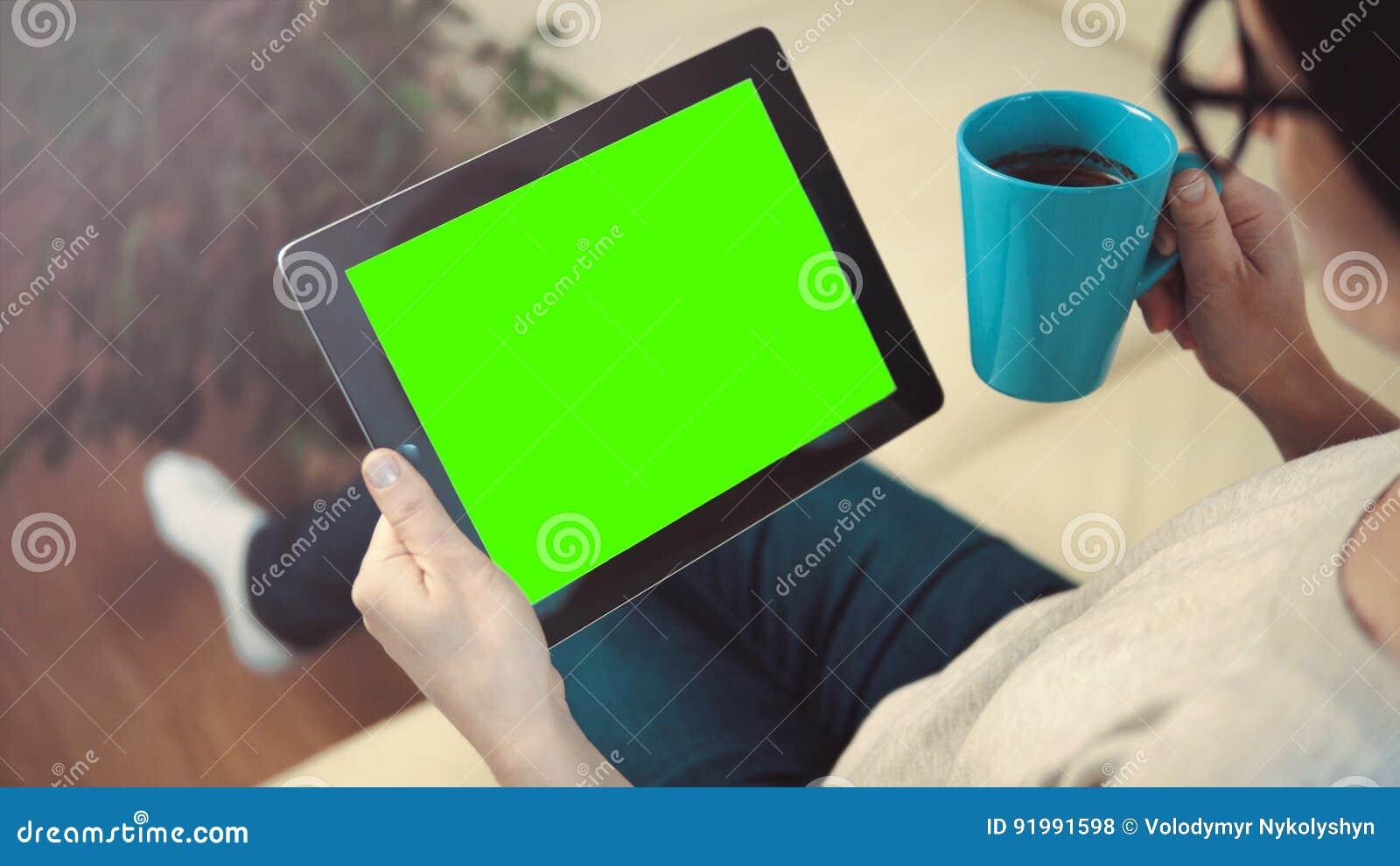 妇女用途片剂个人计算机坐沙发