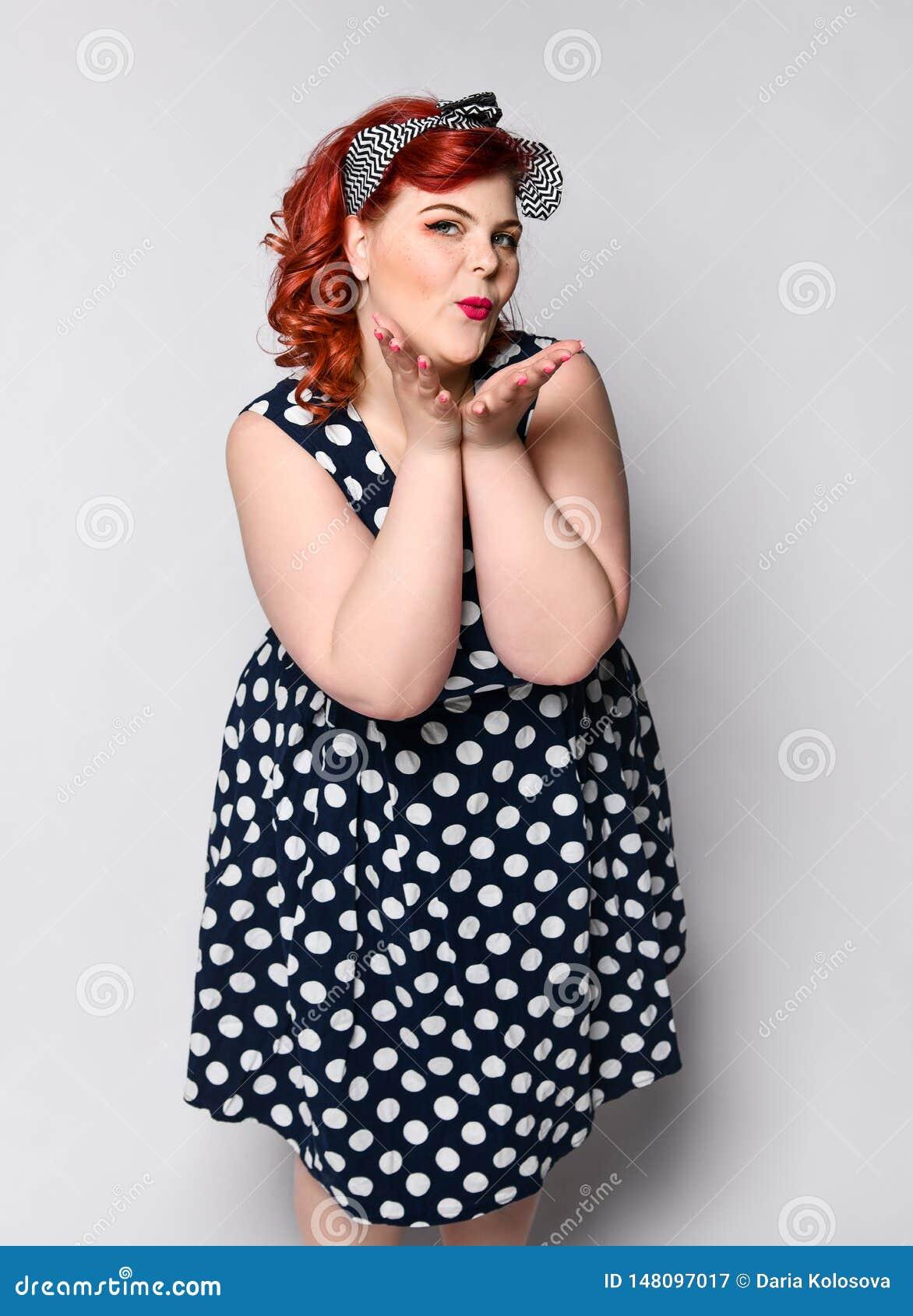 妇女画象的Pin 圆点礼服的美丽的减速火箭的女性有红色嘴唇和修指甲钉子和老时尚发型的