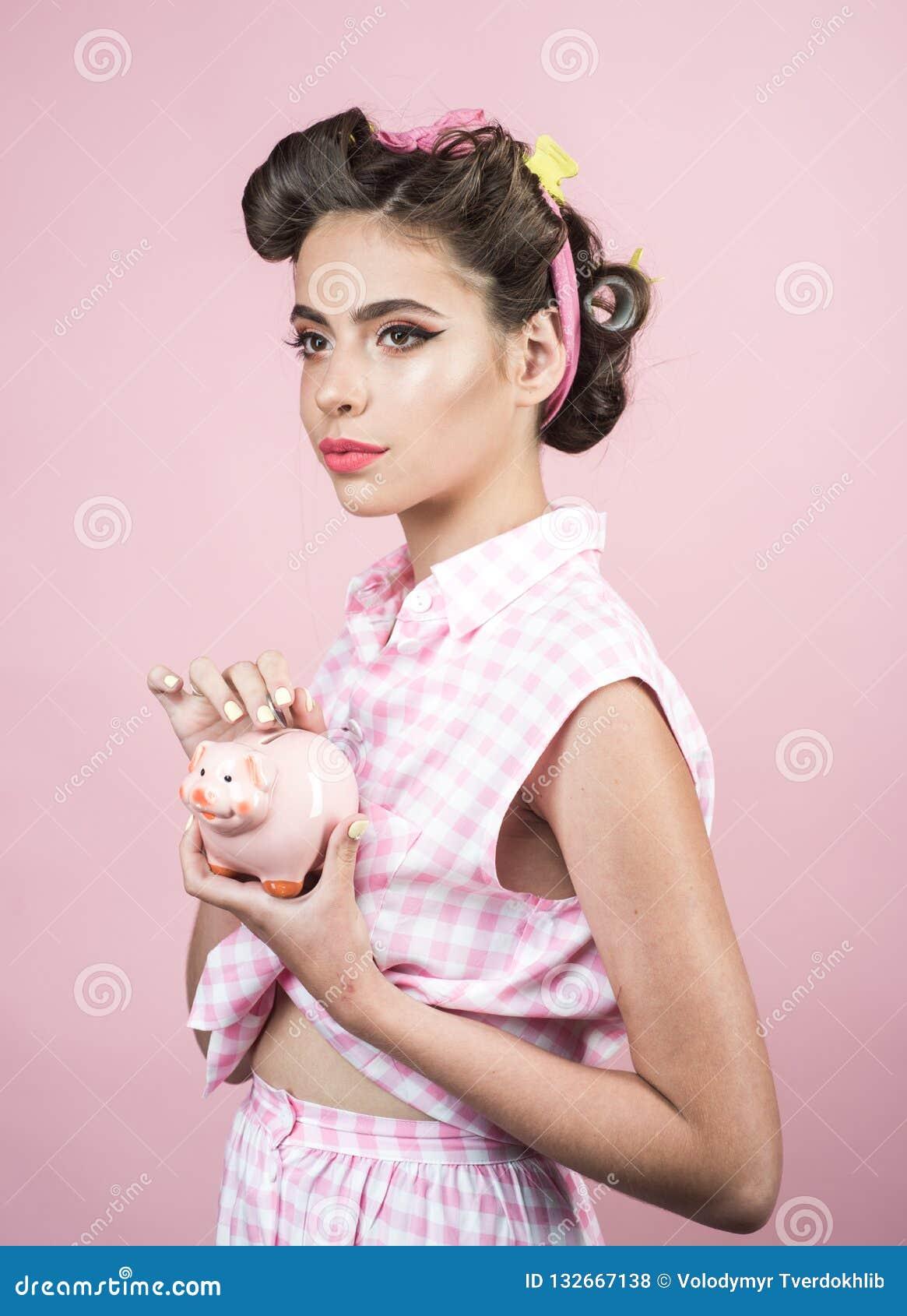 妇女的别针有时髦构成的 有moneybox的减速火箭的妇女 有时尚头发的画报女孩 葡萄酒样式的俏丽的女孩