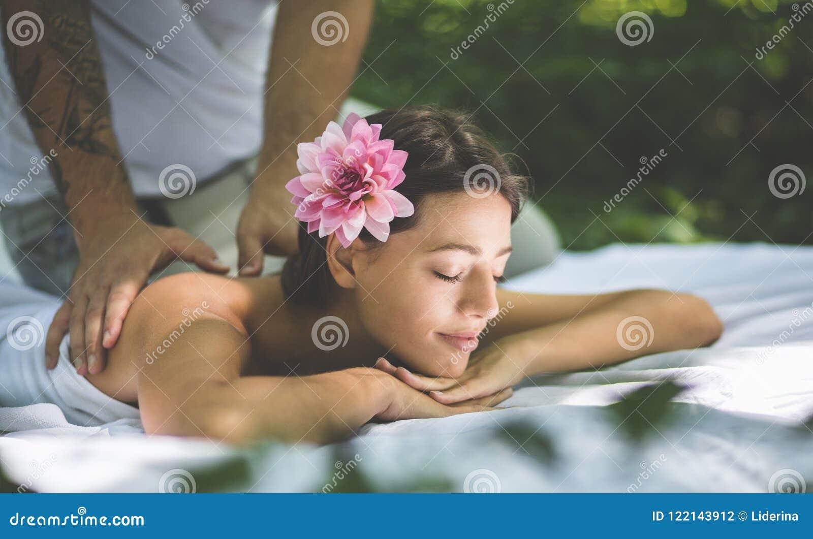 给妈妈按摩好了就狠狠女演员_图片 包括有 按摩, 休闲, 绿色, 白种人, 女演员, 女性 - 122143912