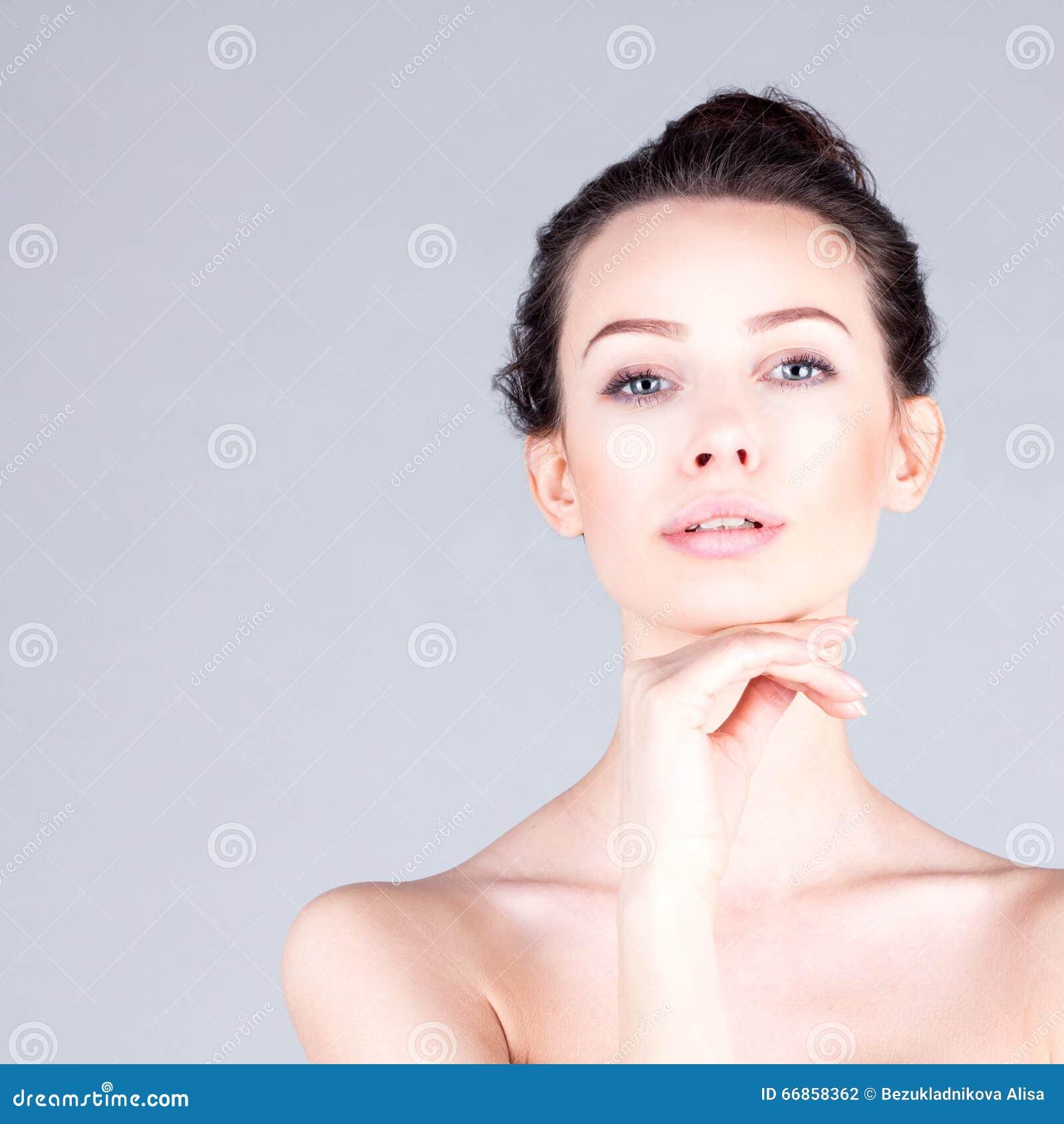 妇女的干净和新面孔 美丽的妇女画象有长的脖子感人的下巴的 结果脸面护理