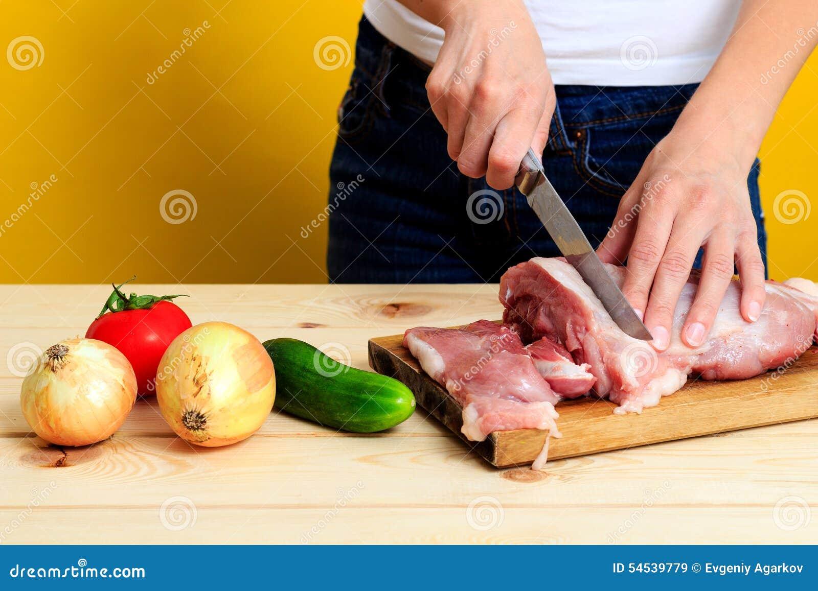 切了手的照片_妇女的手切猪肉 库存照片 - 图片: 54539779