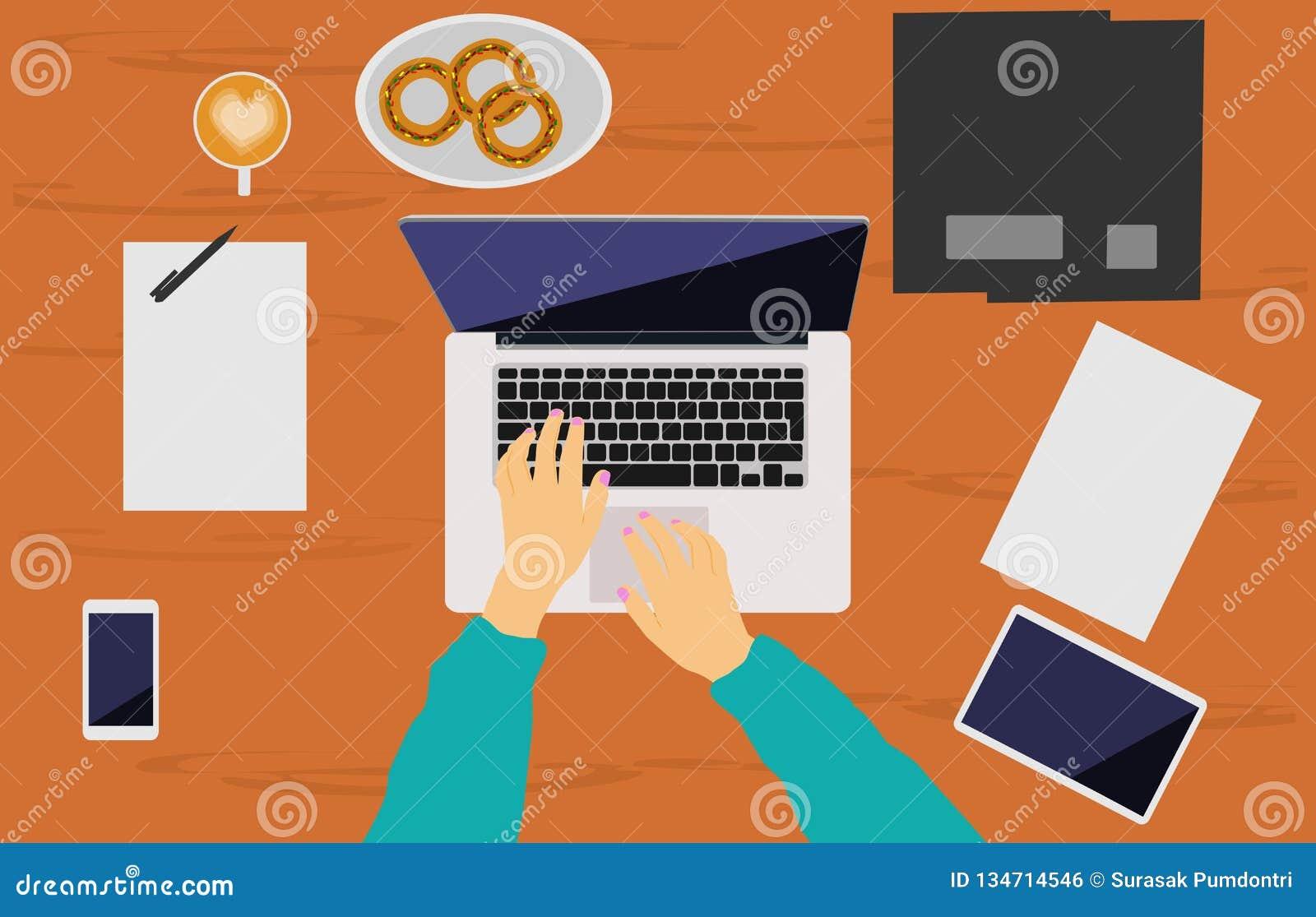 妇女的手在一张棕色木书桌安置的笔记本运转