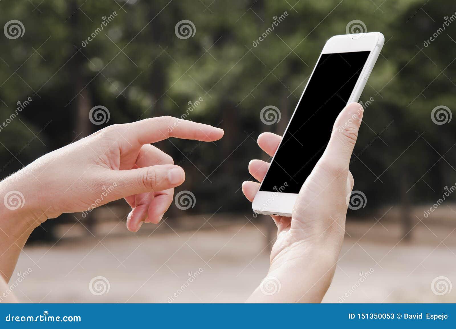 妇女的手藏品智能手机