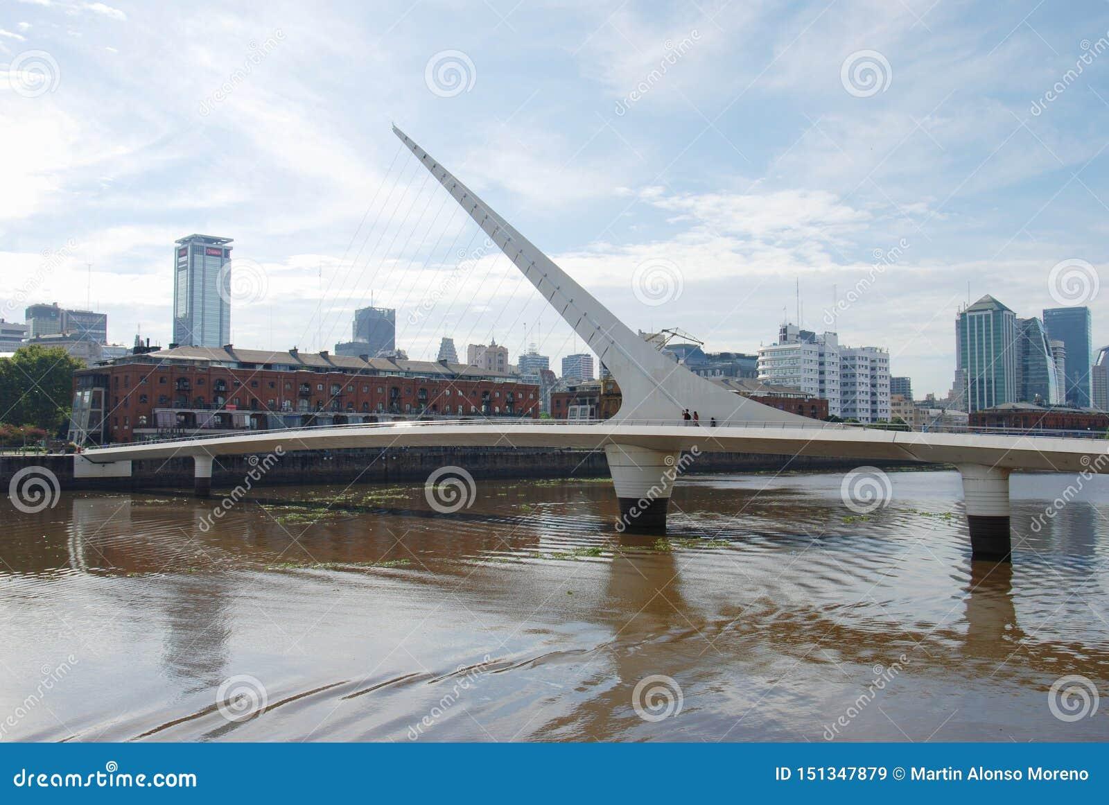 妇女的桥梁在马德罗港阿根廷