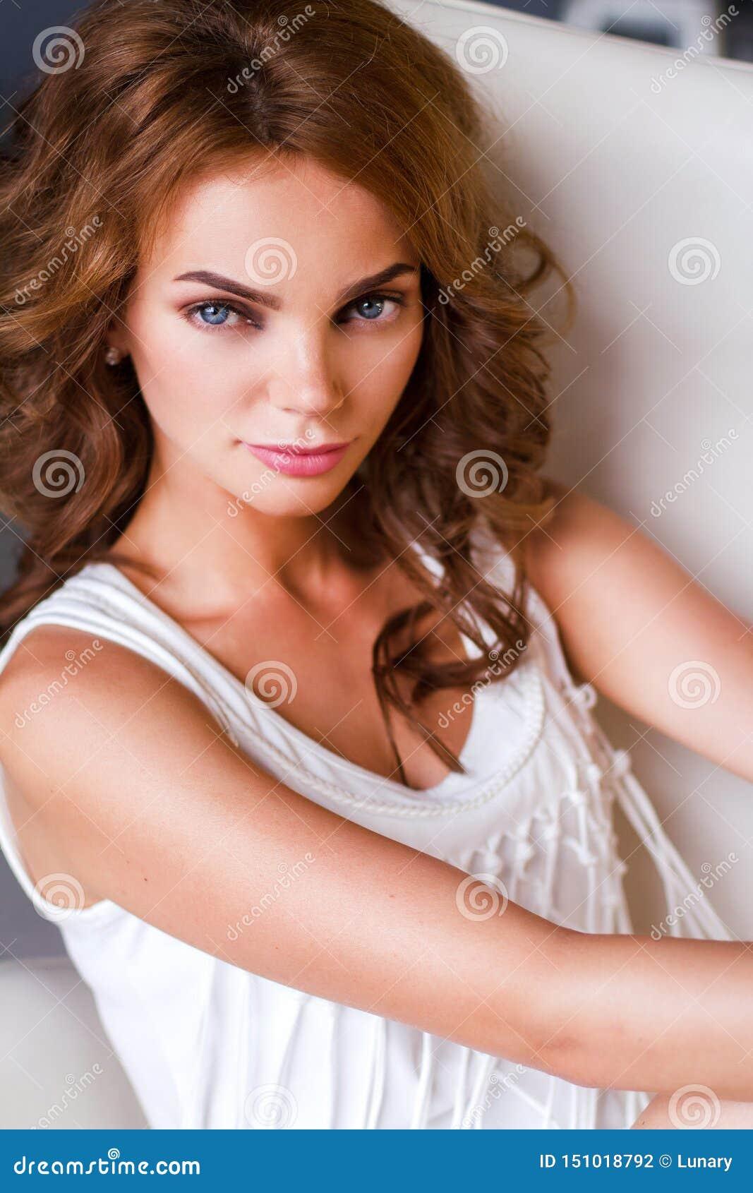 妇女的画象白色礼服的
