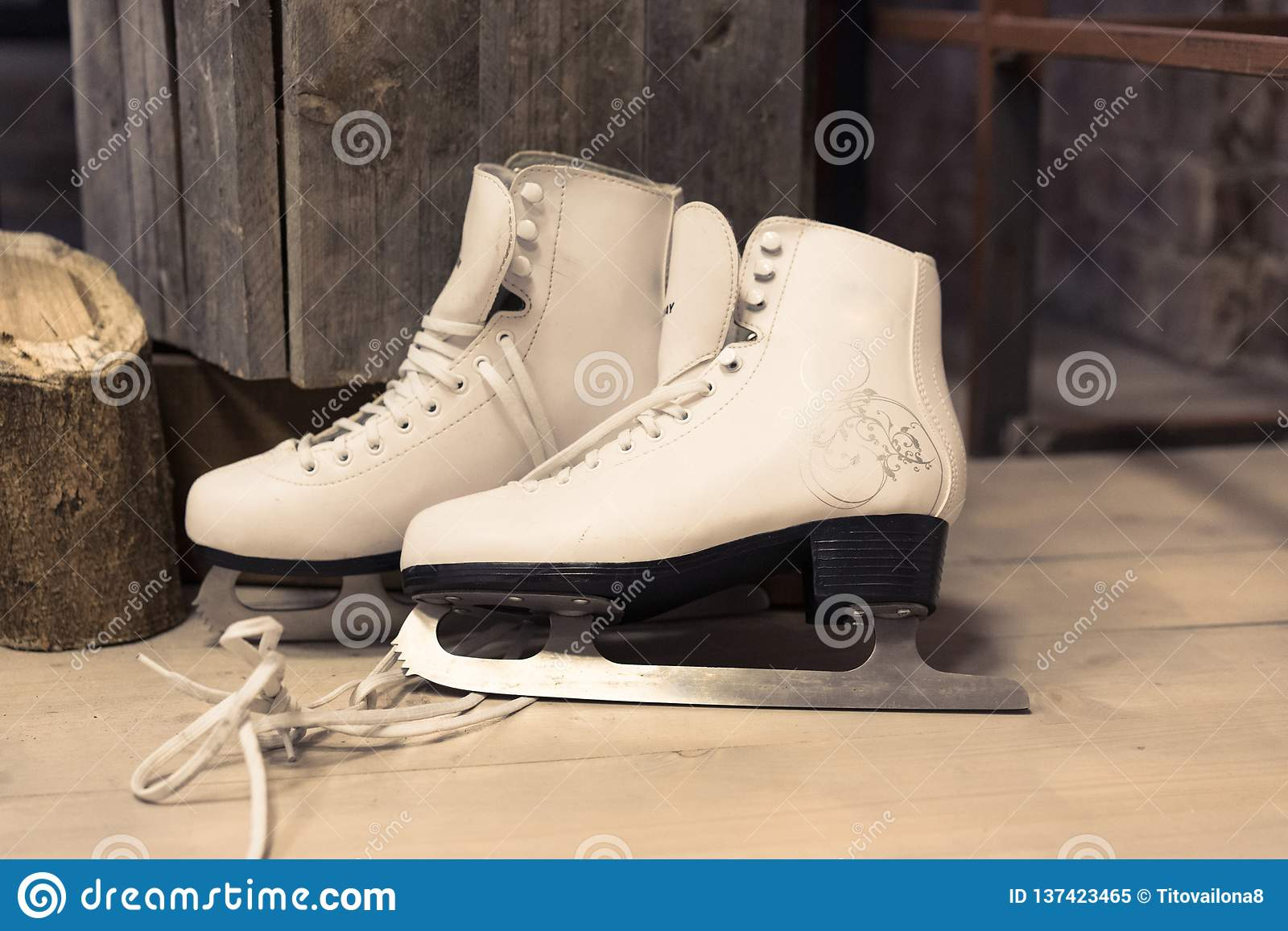 妇女的白色冰鞋在地板上 女性 滑冰 滑雪雪体育运动跟踪冬天