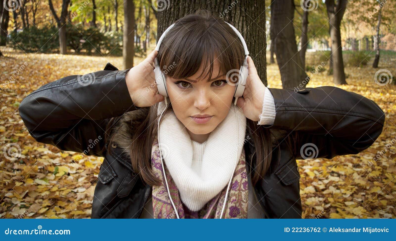 妇女的美好的接近的听的音乐