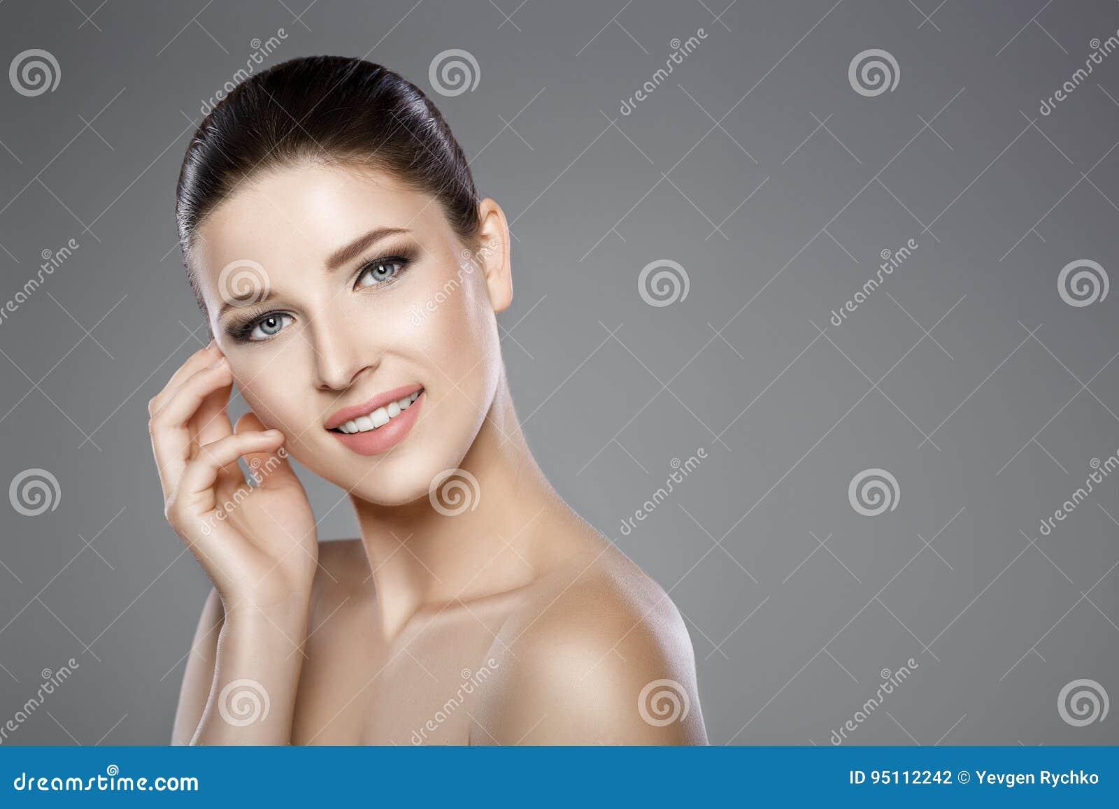 妇女的面孔有蓝眼睛的和清洗新鲜的皮肤 美好的微笑和白色牙