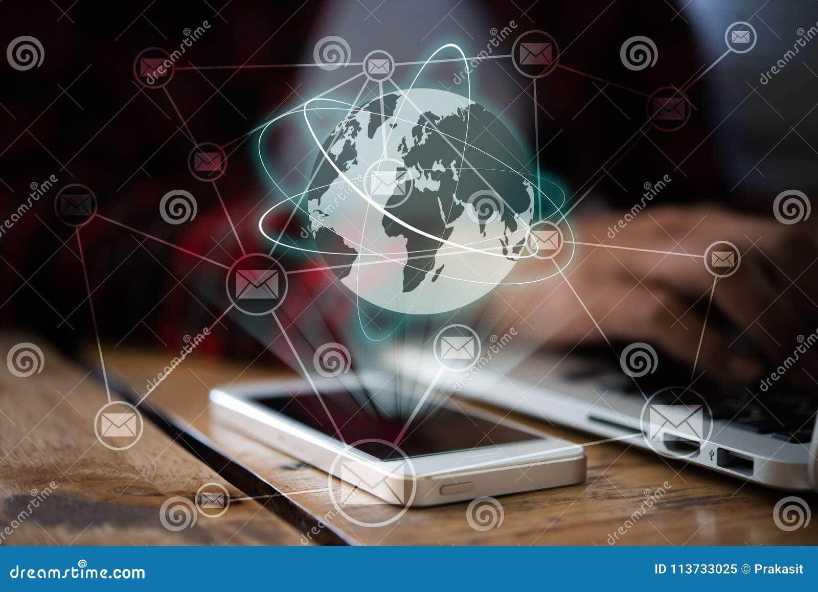 妇女研究有全球性的膝上型计算机并且给在smartpho的曝光发电子邮件