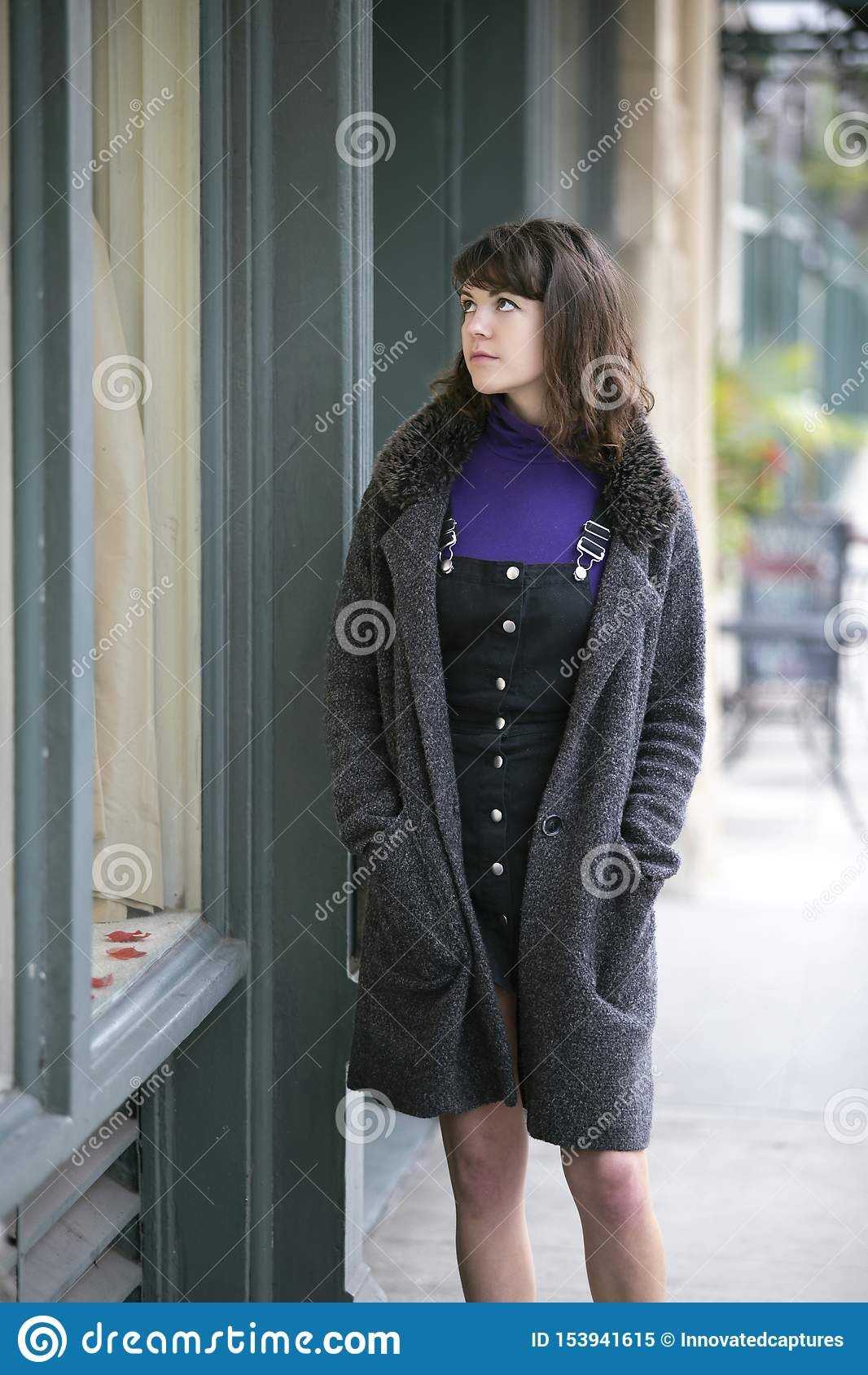 妇女礼服的窗口购物