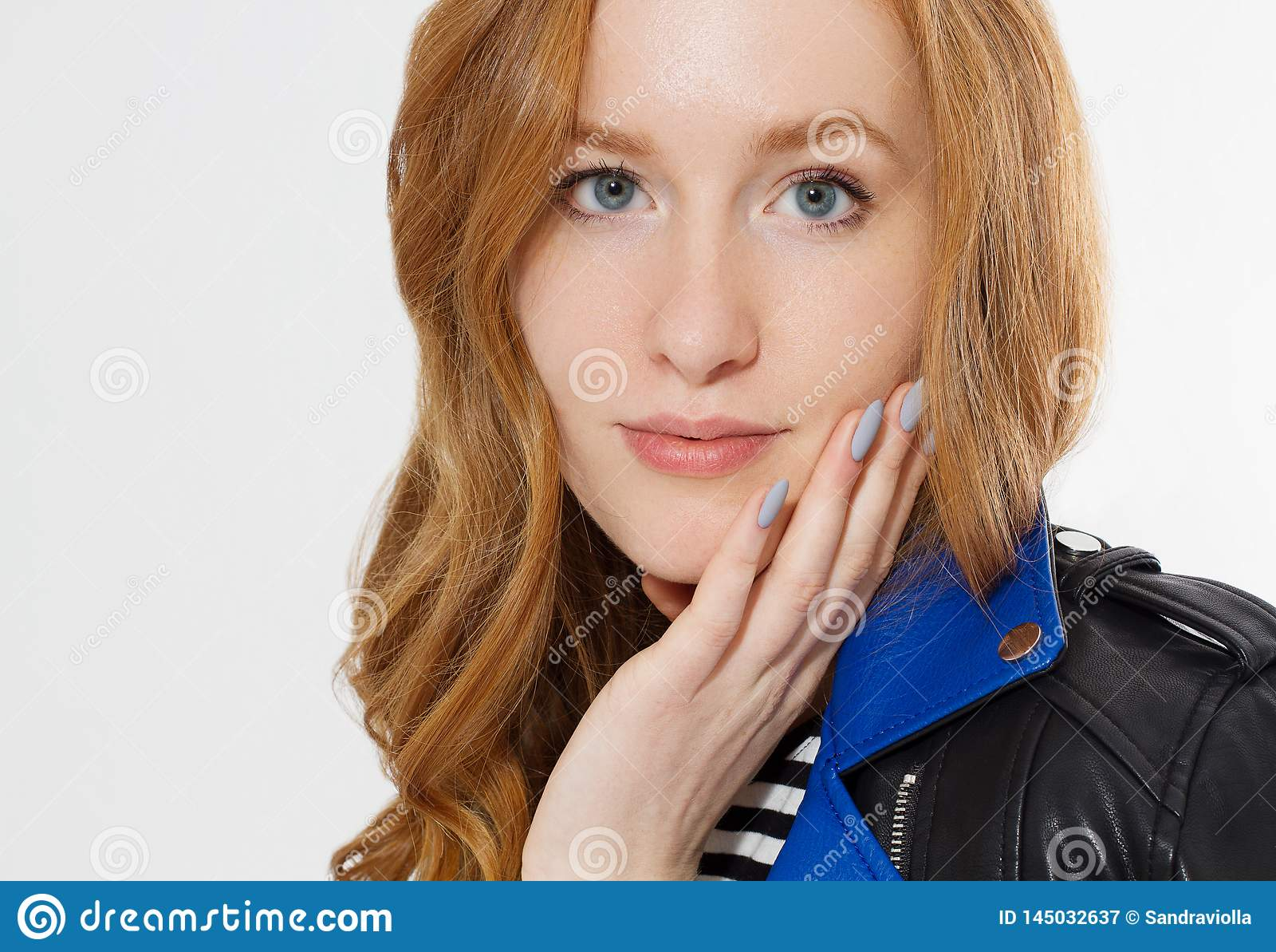 妇女秀丽力量 关闭红发在白色背景隔绝的女孩面孔和皮夹克 皮肤护理,蓝眼睛