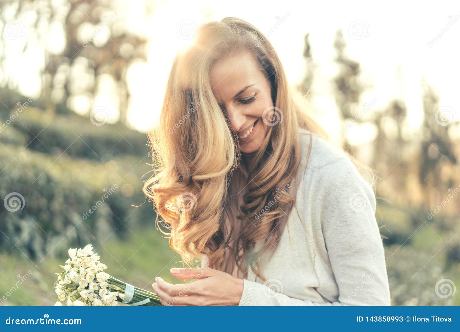 妇女笑高兴地