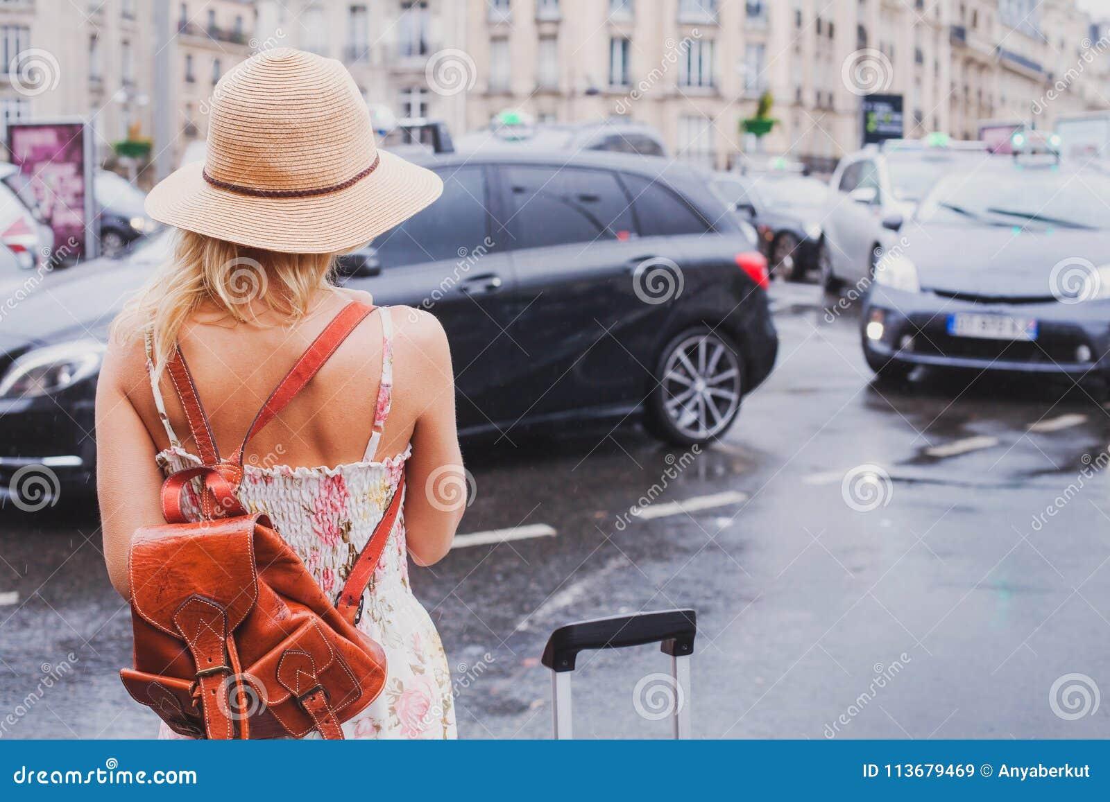 妇女等待的出租汽车,旅游通勤者